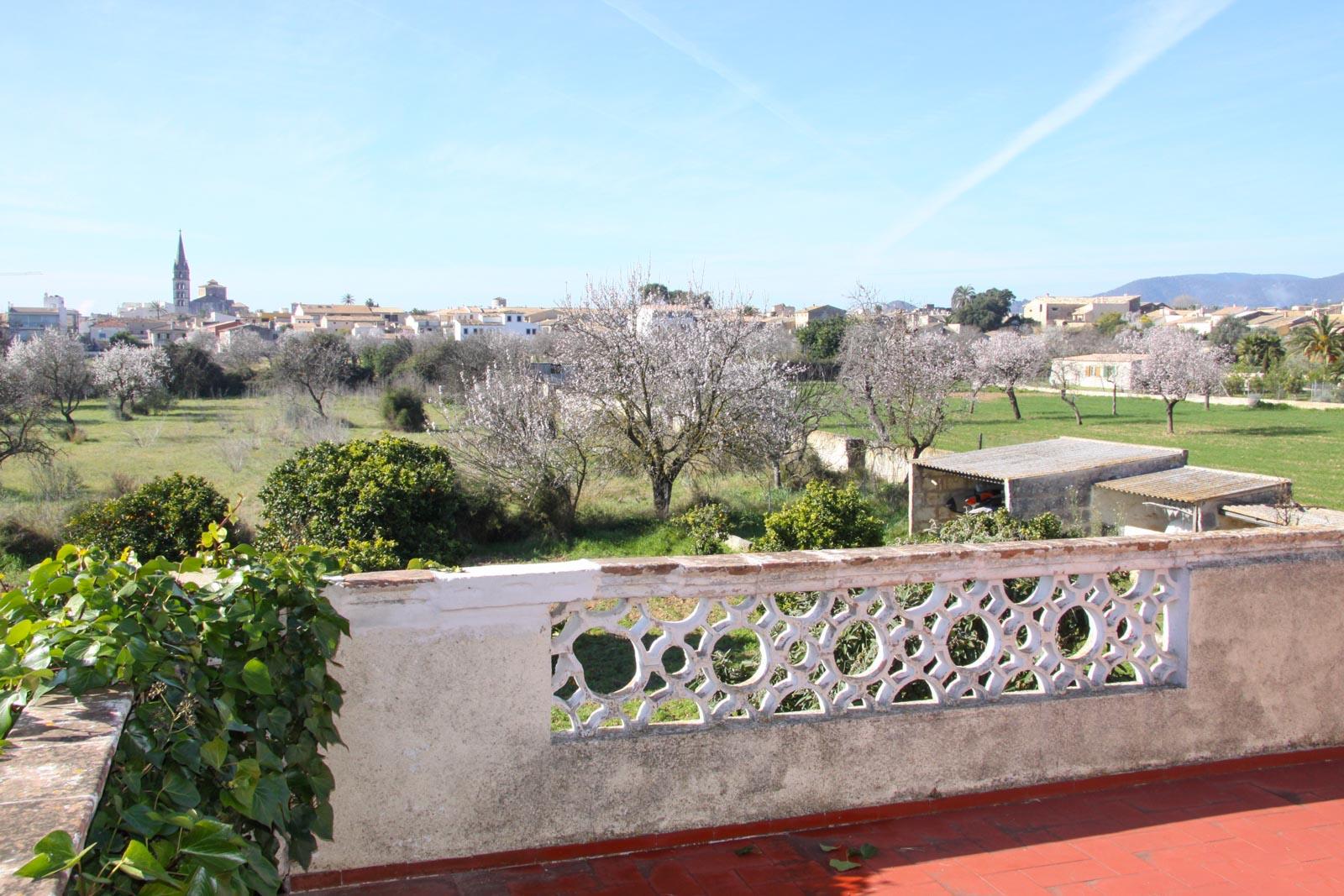 Das Landgut zu verkaufen im Zentrum des mallorquinischen Weinbaus mit Blick auf Binissalem und die Serra de Tramuntana