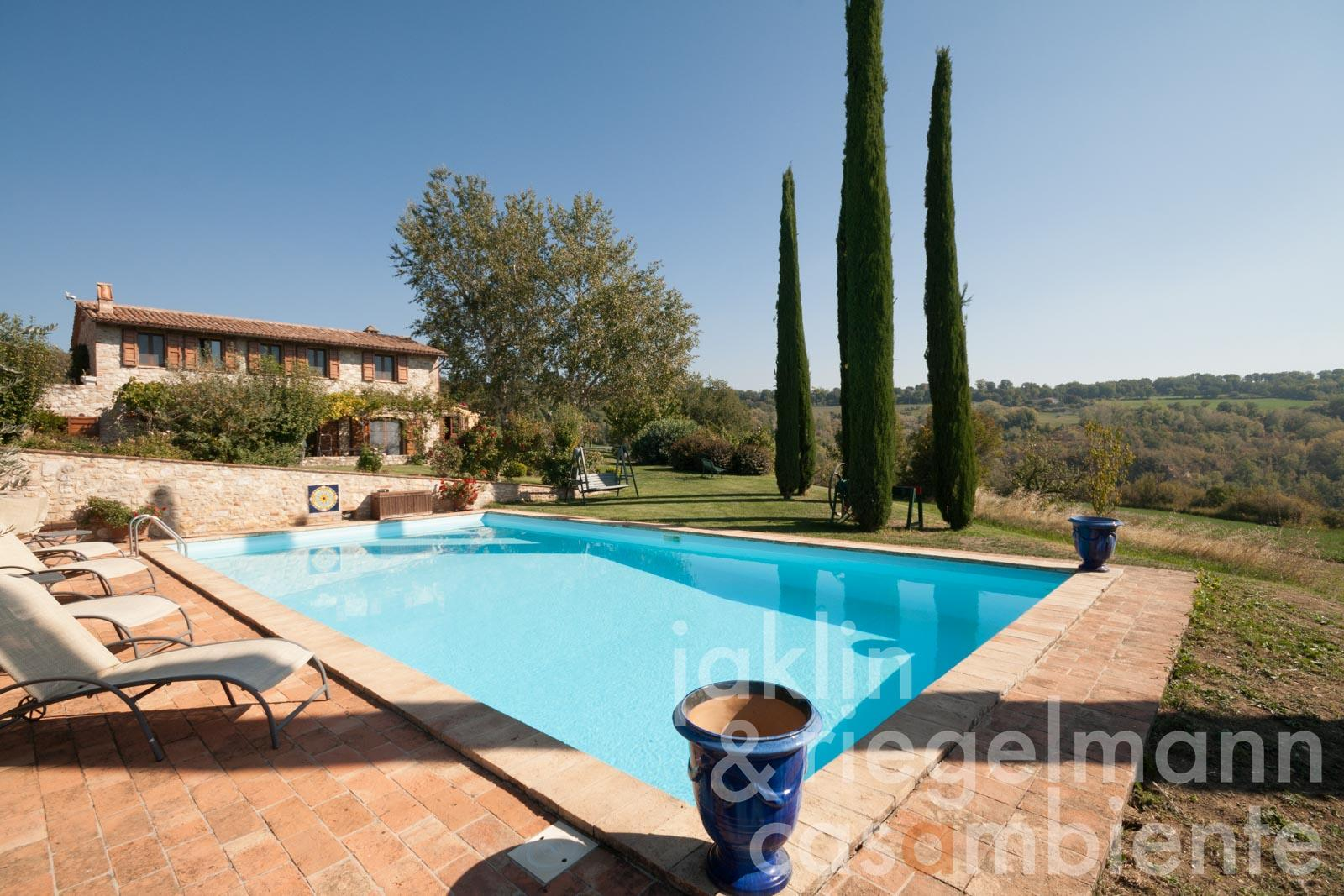 Country house with wine production, guest house and pool in panoramic position with views onto Todi in Umbria