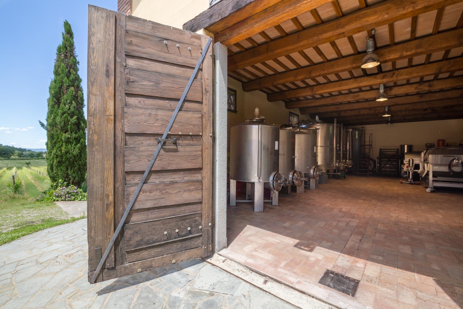 L'azienda vinicola biologica in vendita con agriturismo ben avviato vicino a Cortona in Toscana