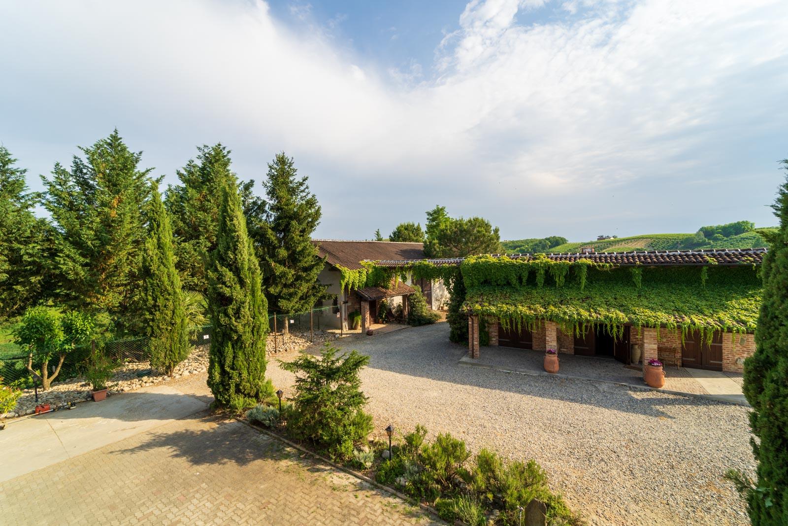 Weingut mit 4,5 ha Weingärten, Wohnhaus, Weinschänke und Weinkeller bei Asti