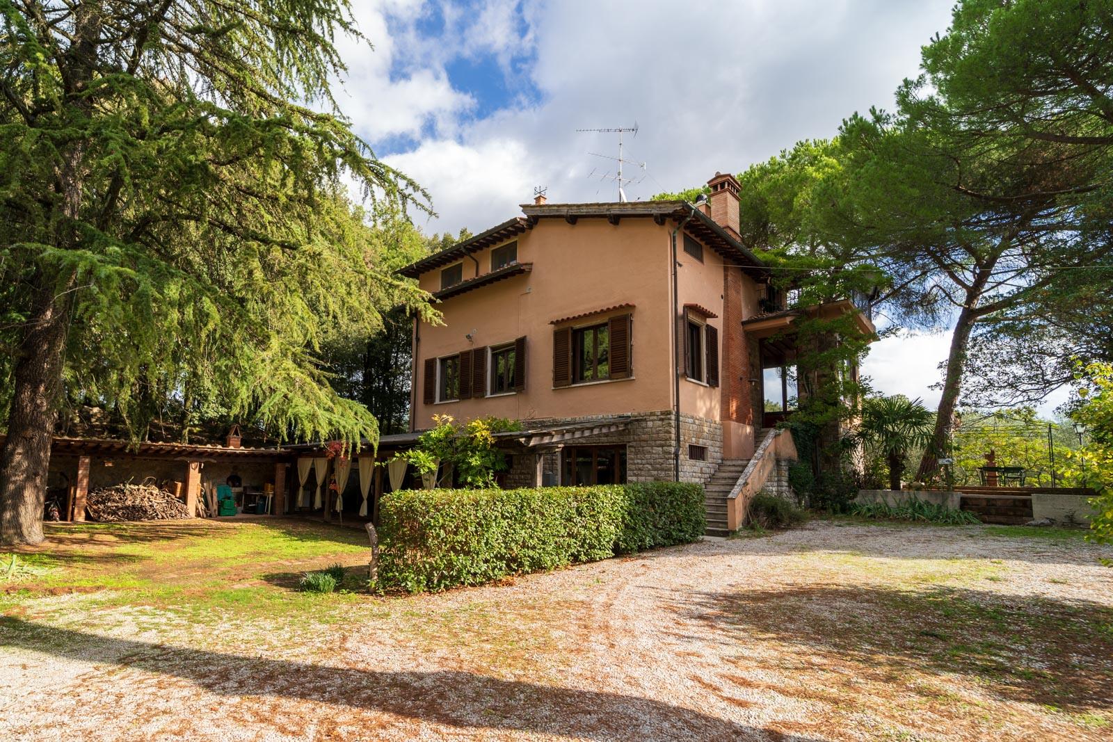 Agriturismo con vigneti e 112 ettari di terreno vicino a San Gimignano