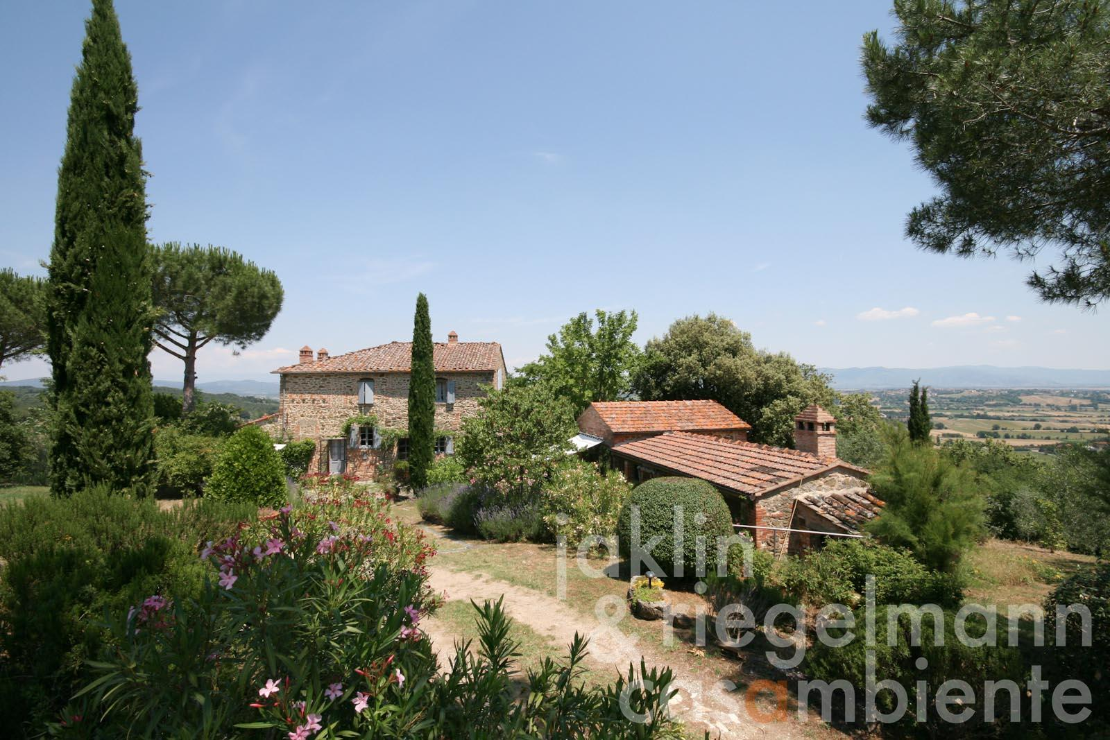 The country house for sale with olive grove in panoramic setting in the Tuscan countryside between Arezzo and Siena