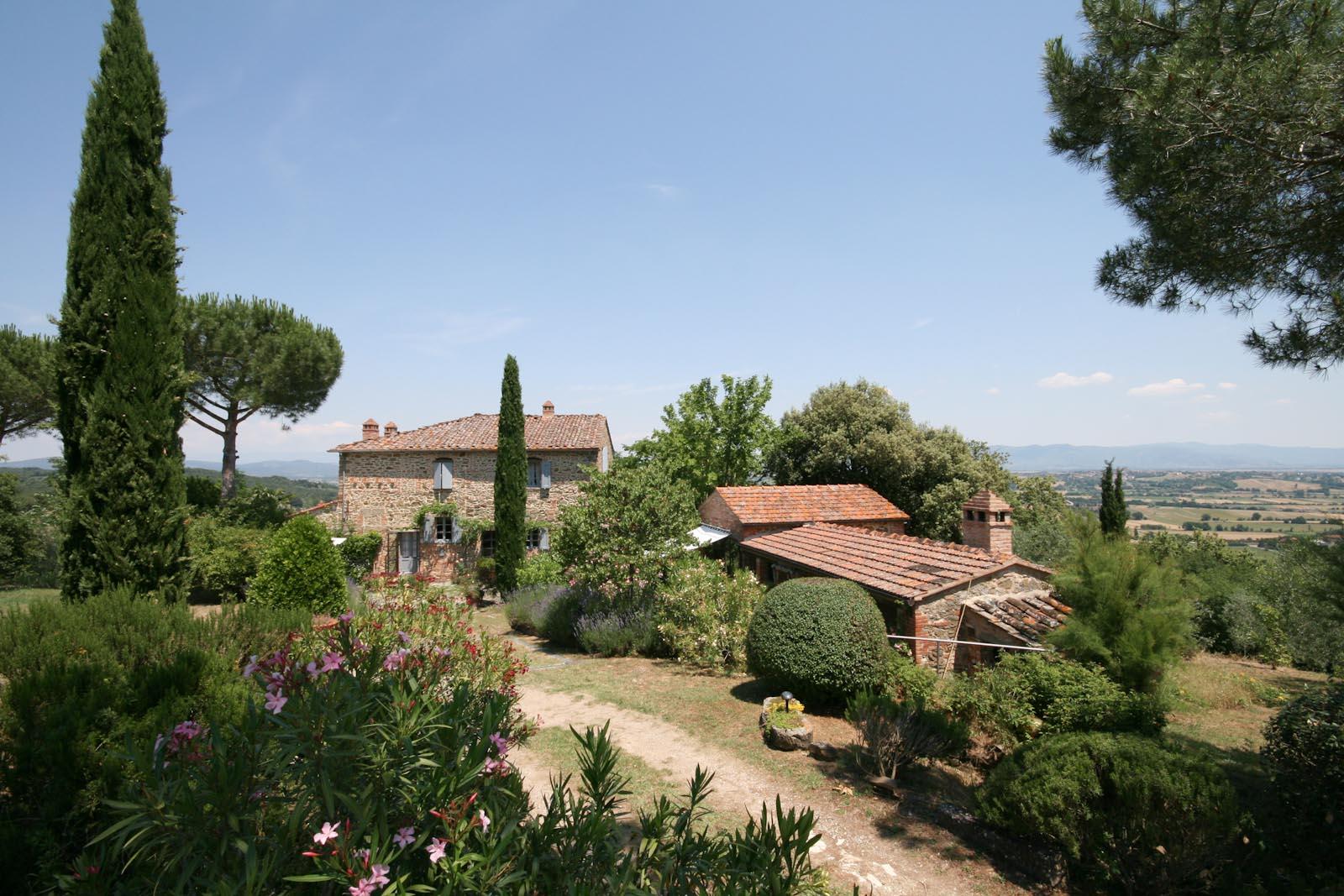 La storica casa in pietra con oliveto in vendita in posizione panoramica fra Arezzo e Siena