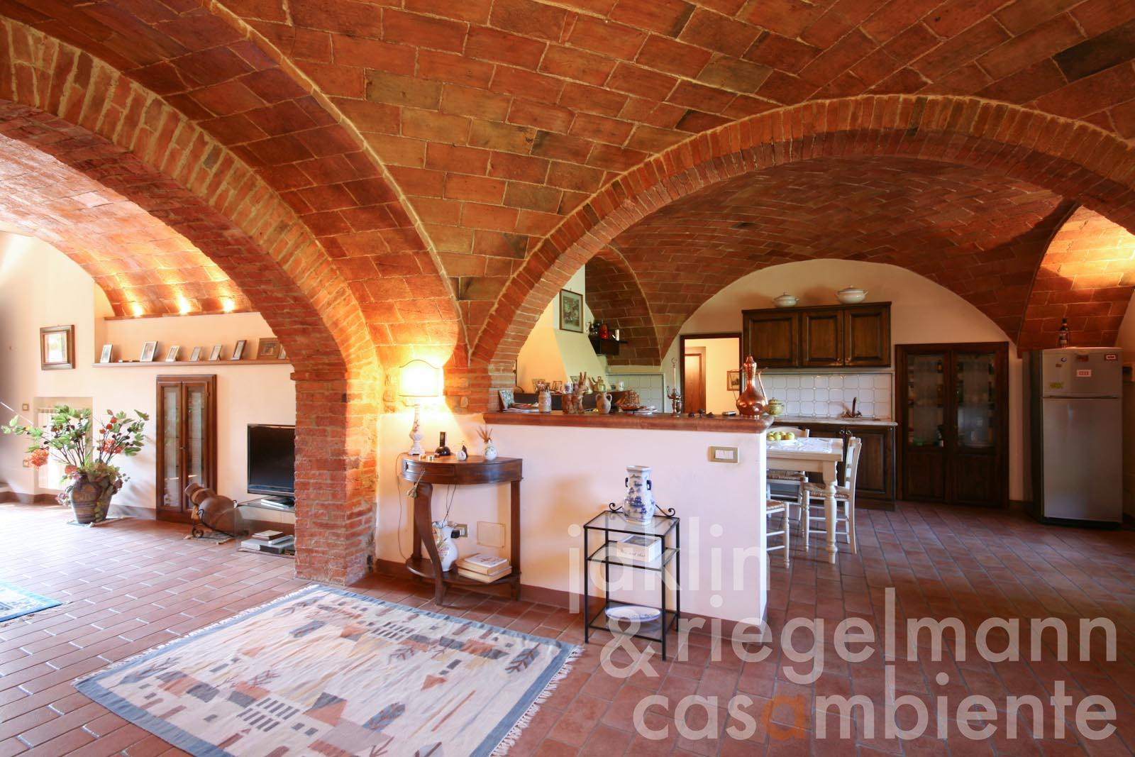 The restored country house for sale with vaulted ceilings, annexe and pool in Tuscany