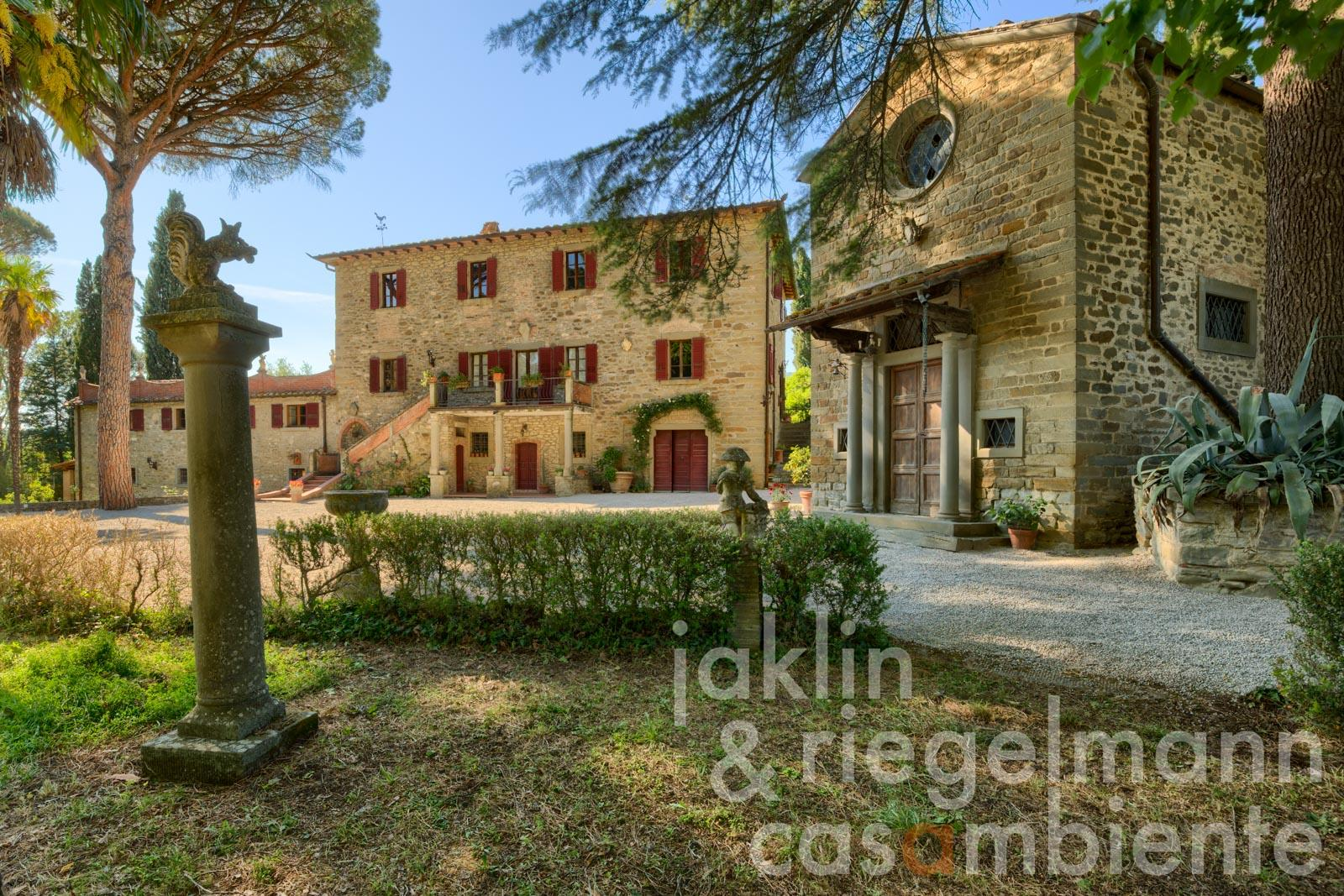 Tuscany villa with guest apartments, chapel, vineyard and olive grove near Cortona