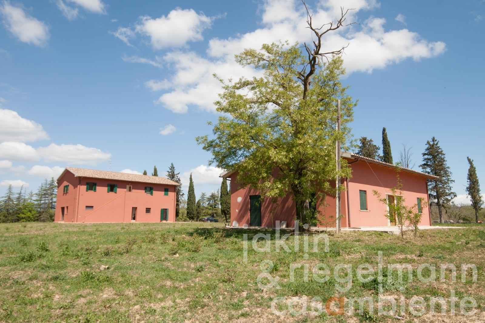 The agricultural estate for sale with 72 hectares of land and 2 buildings 40 km from the sea