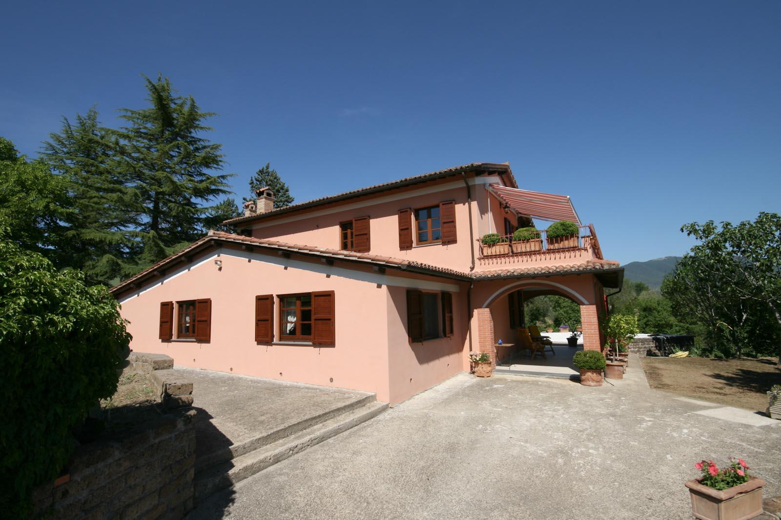 Villa in vendita in italia umbria terni baschi casa di for Casa con avvolgente portico in vendita