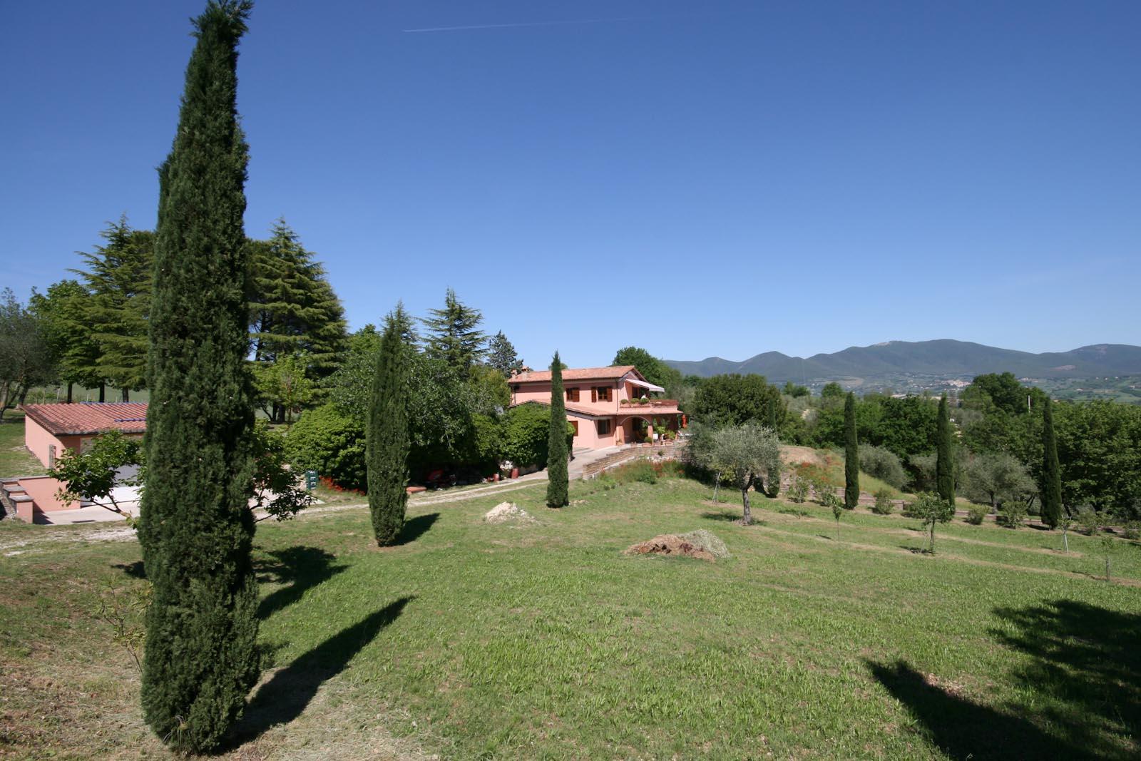 Villa in vendita in italia umbria terni baschi casa di for Piani di casa di campagna con portici
