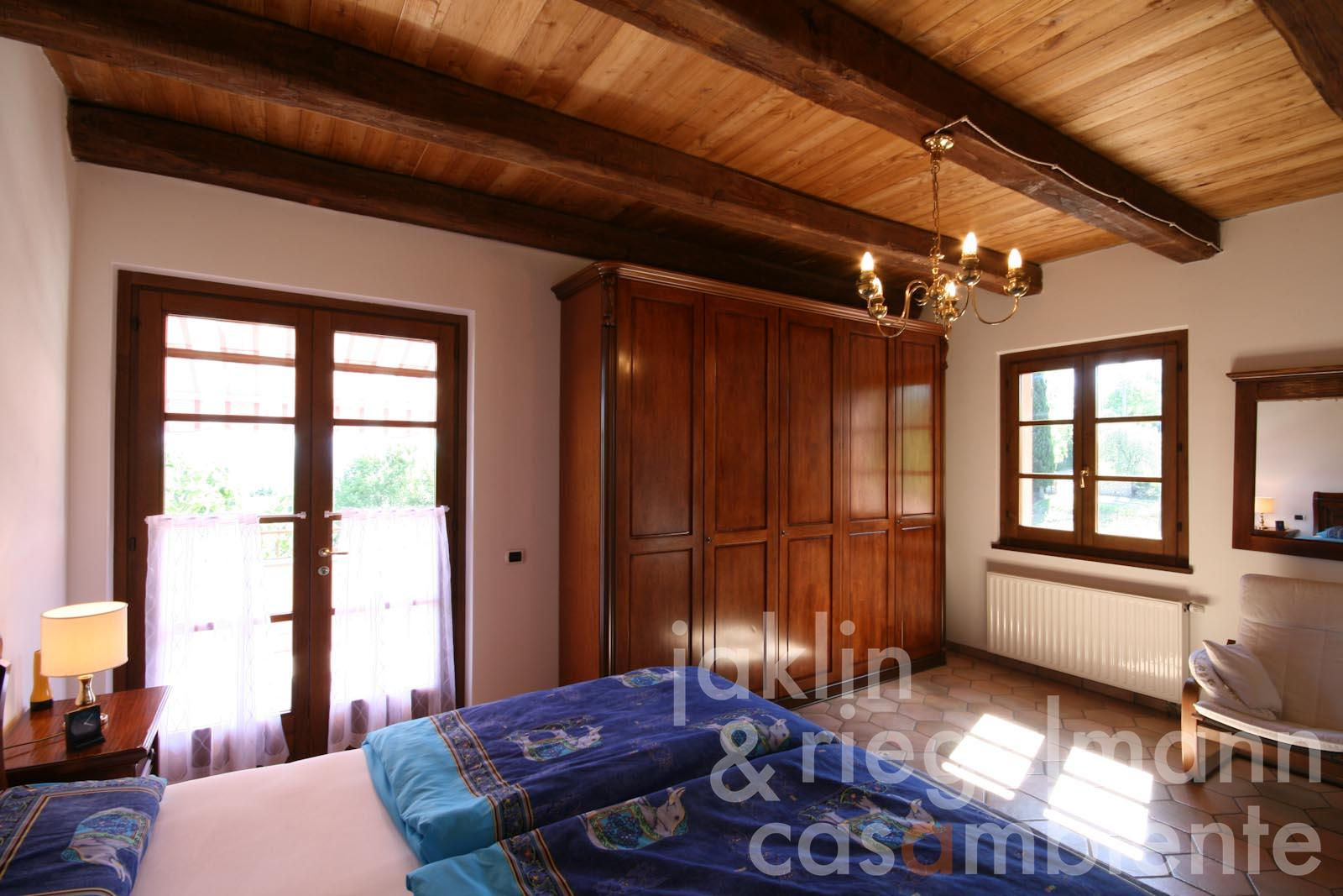 Villa in vendita in italia umbria terni baschi casa di for 2 case di camera da letto principale in vendita
