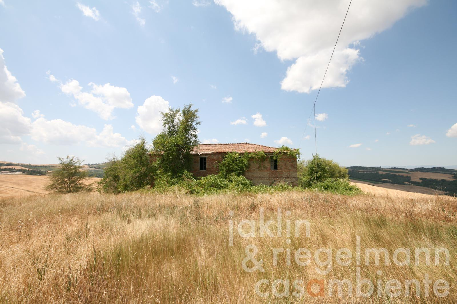 The Tuscan country house and two annexes for sale in panoramic setting in the Crete Senesi close to Asciano