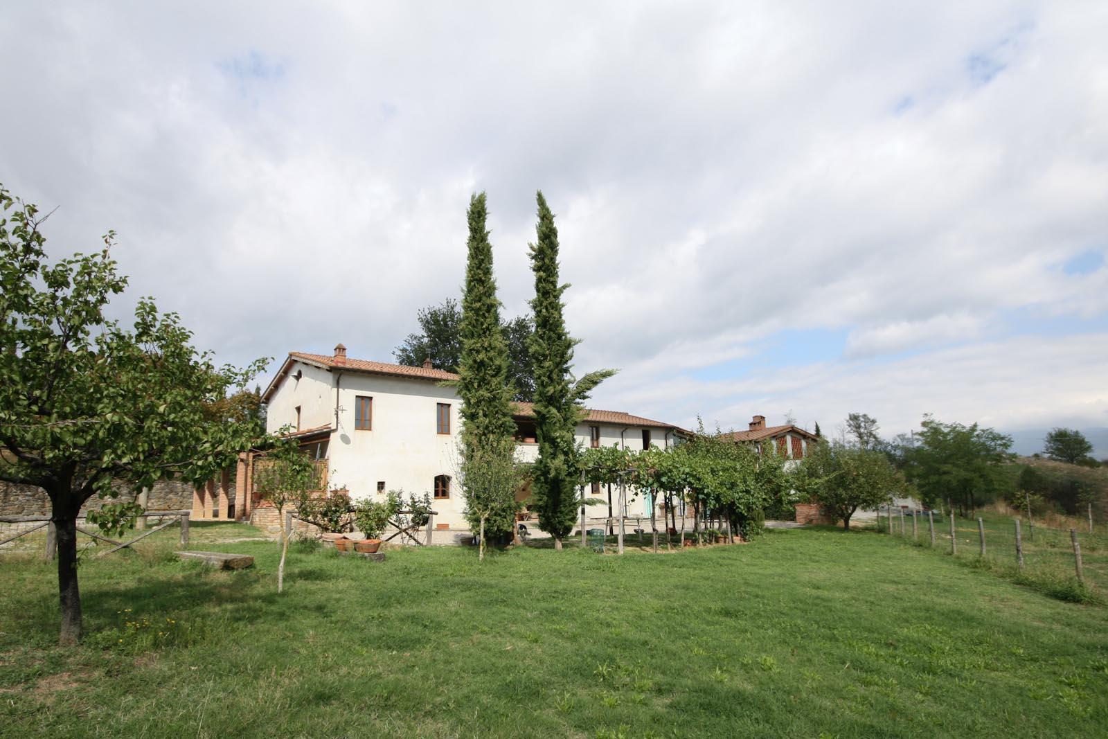 Das großzügige italienische Landhaus zu verkaufen mit fünf Apartments und Blick auf das Valdarno Tal in der Toskana