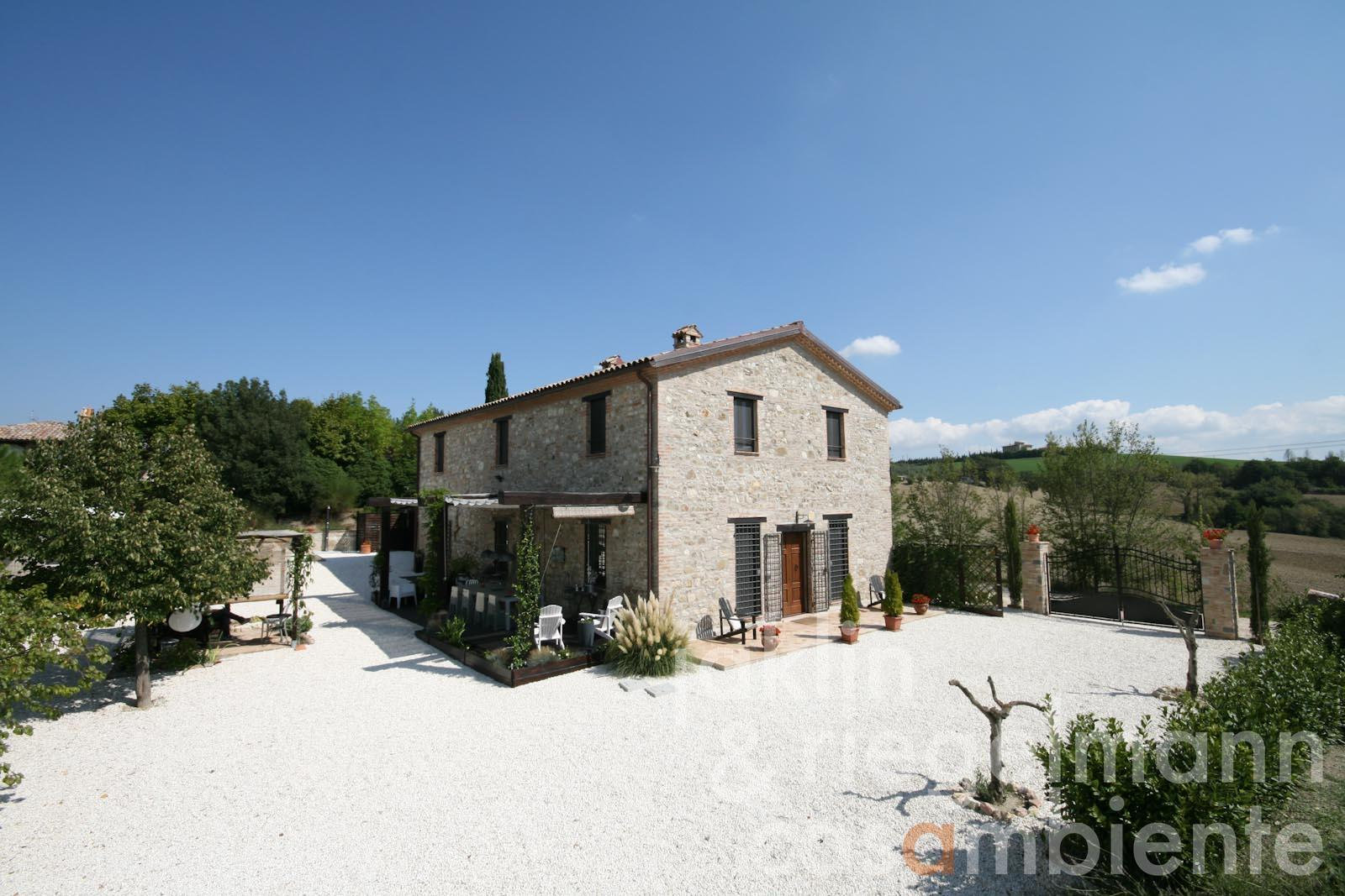 The luxurious country house close to Todi in Umbria for sale with annexes and pool