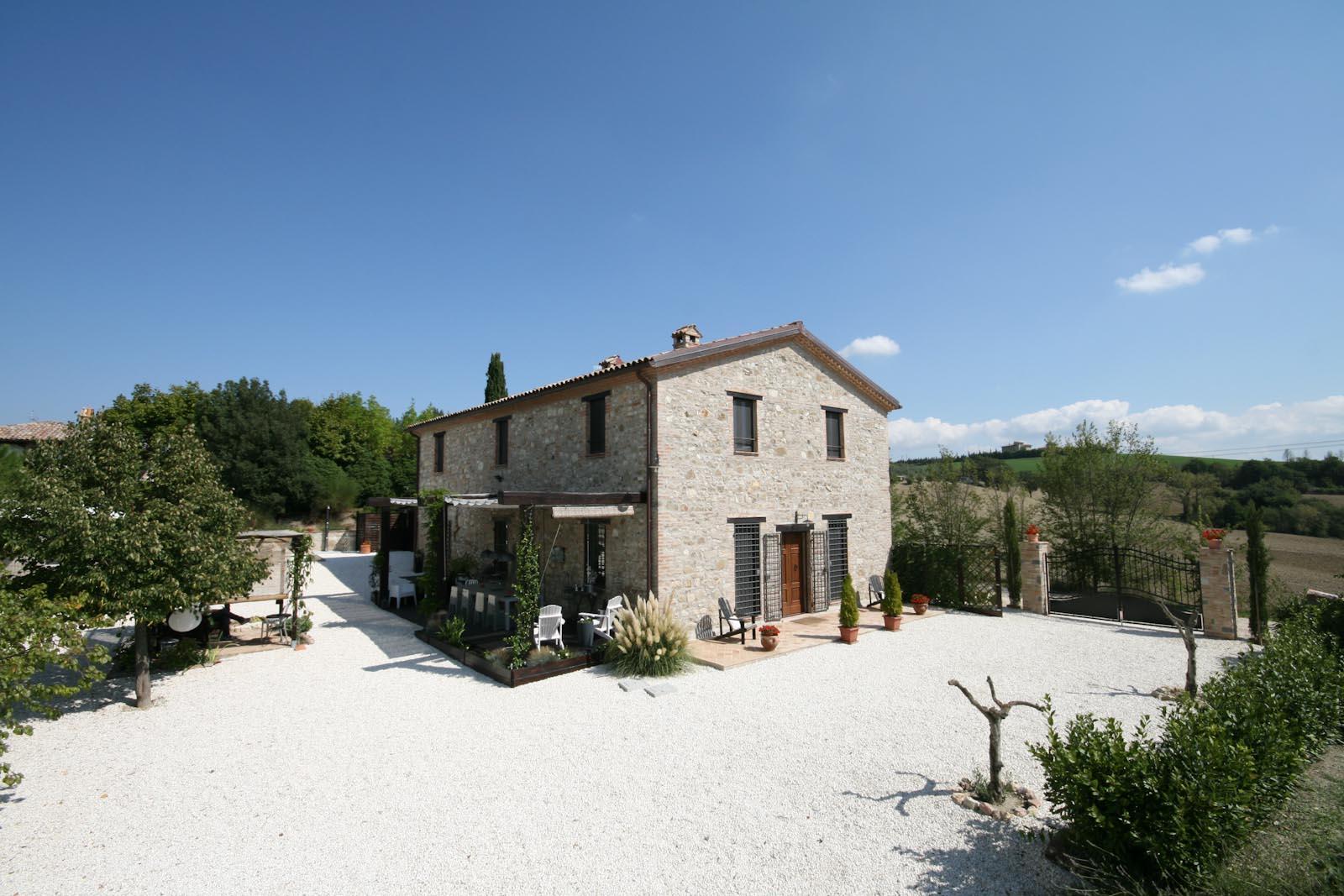 La casa di campagna lussuosa con annessi e piscina vicino a Todi in Umbria in vendita