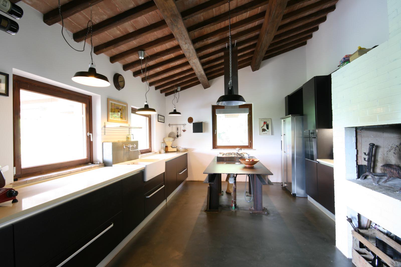 Interni cucine moderne di cucine moderne e country arredatore o arredatori per interni cucine for Arredatori di interni