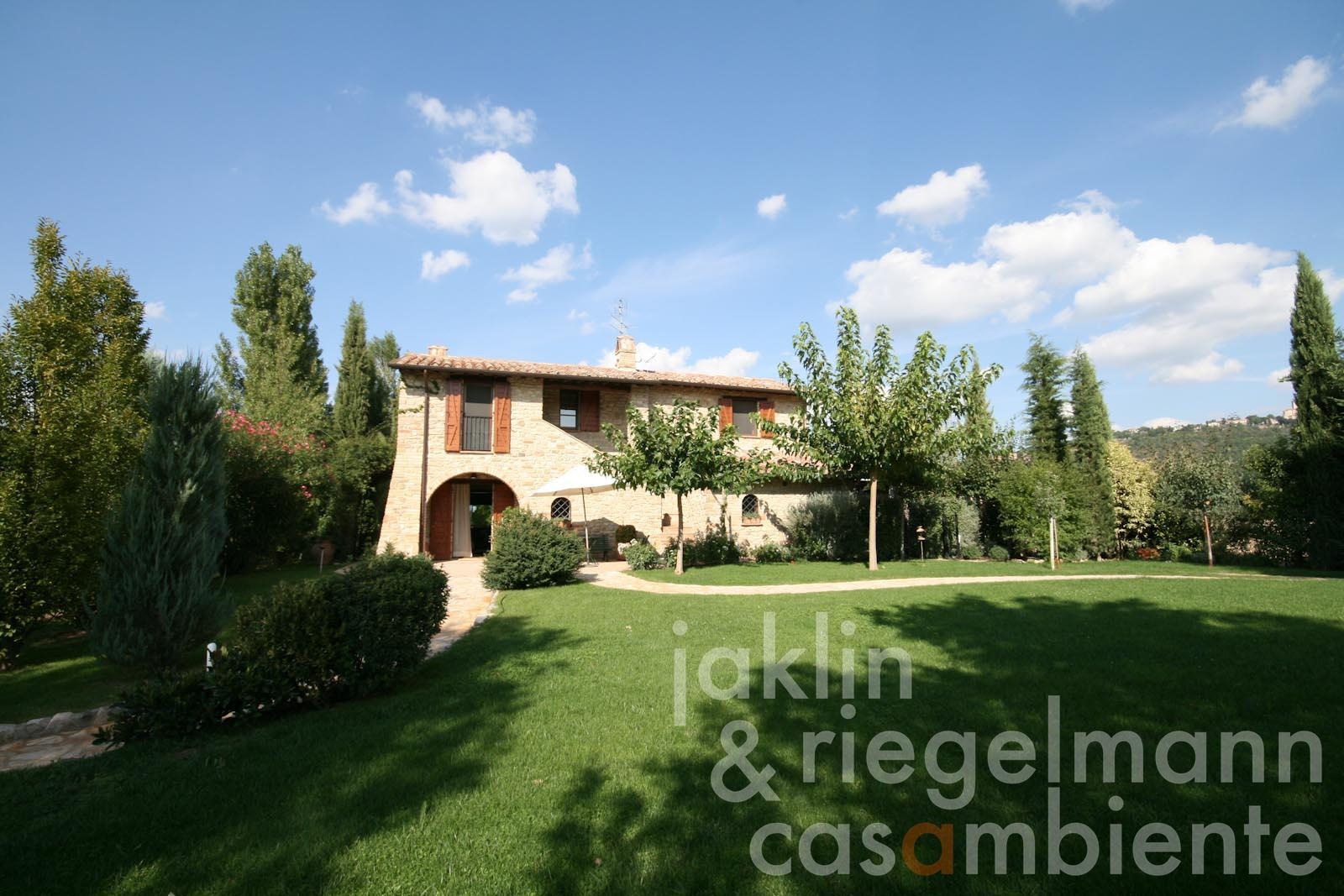 The newly built country house for sale with well-tended garden and pool close to Collazzone in Umbria