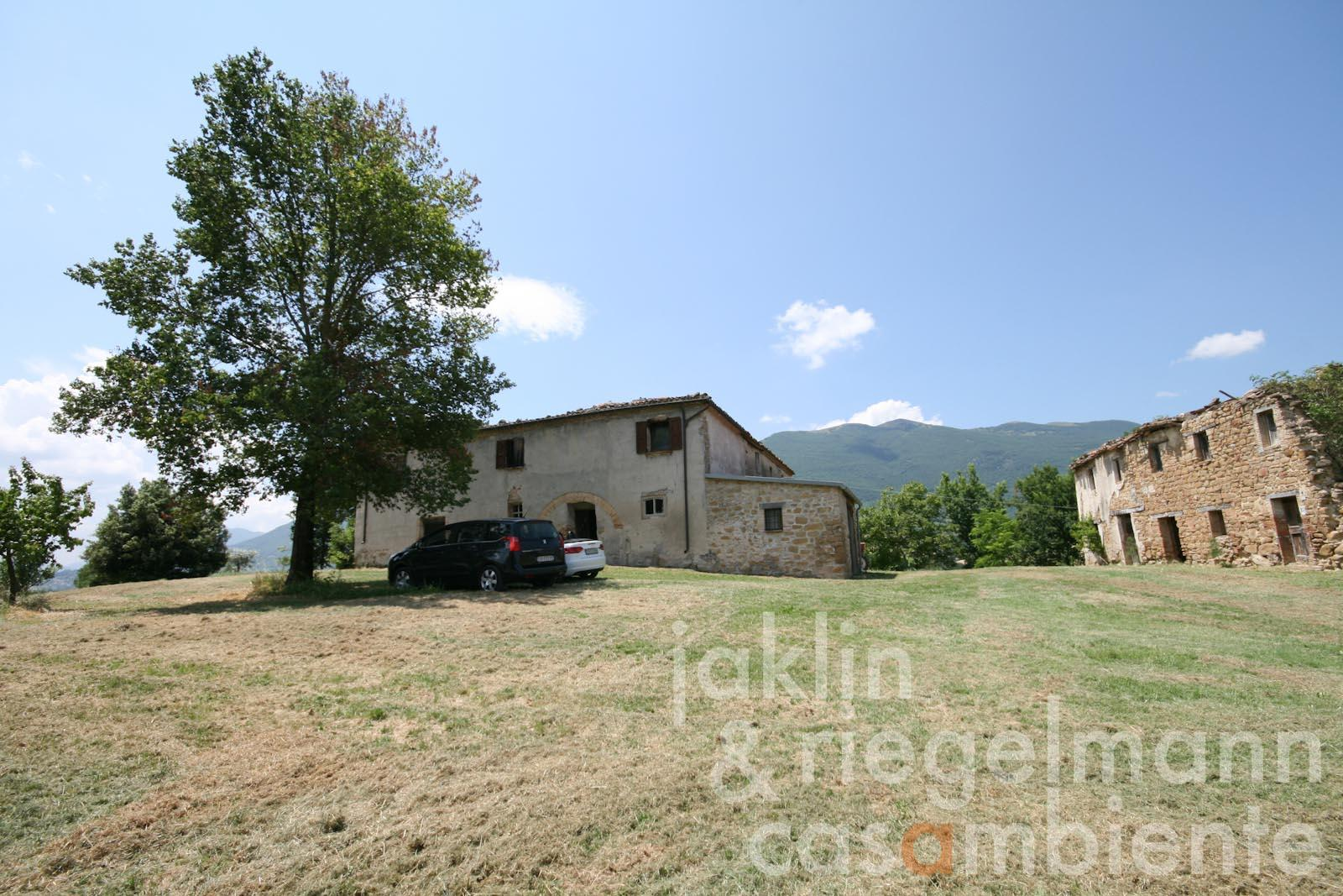 The country houses to restore for sale with 360° panoramic views close to Castelraimondo