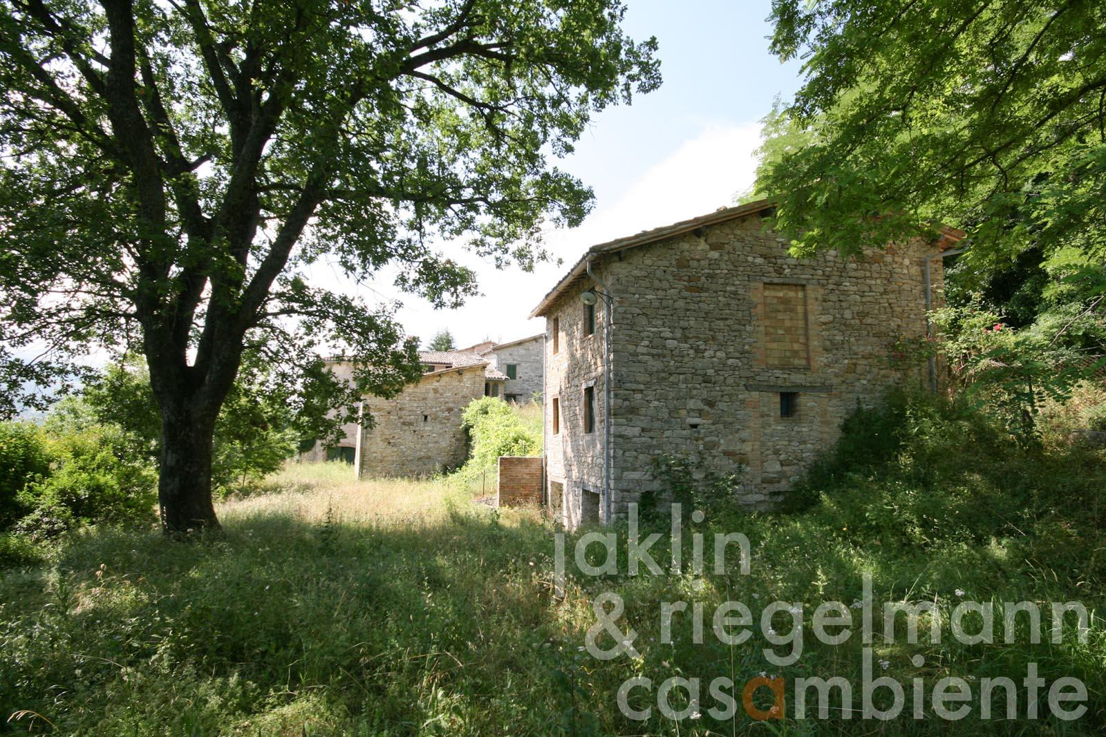 The small historic hamlet to restore for sale with chapel close to Camerino in Italy