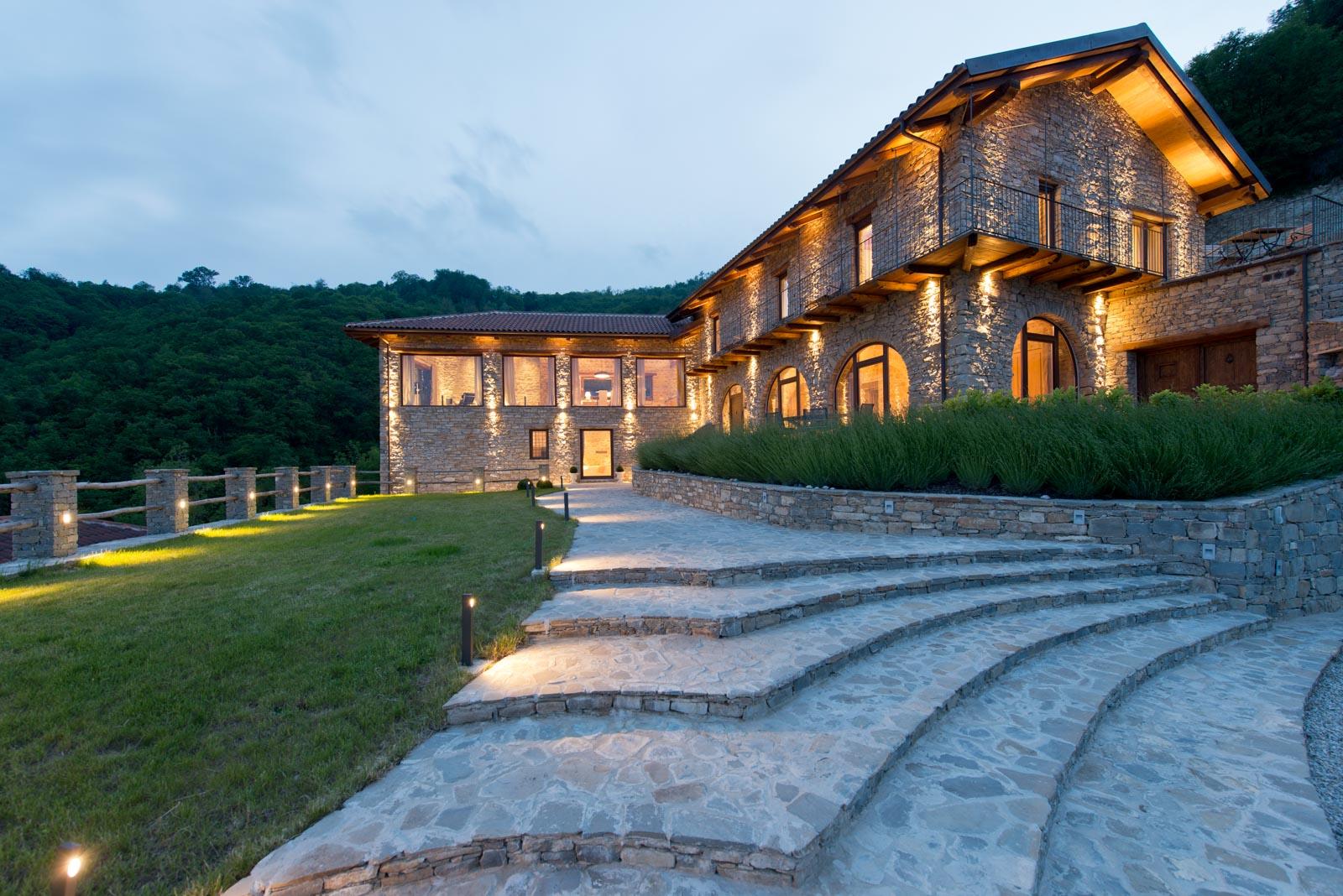 Das traumhafte Landhaus zu verkaufen mit Saunahaus und Pool in bestechender Aussichtslage im Piemont