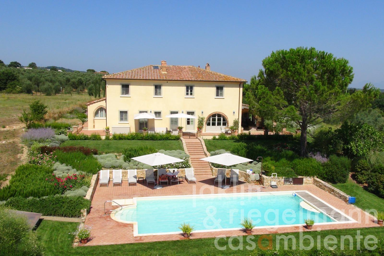 The elaborately restored Tuscan villa for sale with garden and swimming pool close to Pisa