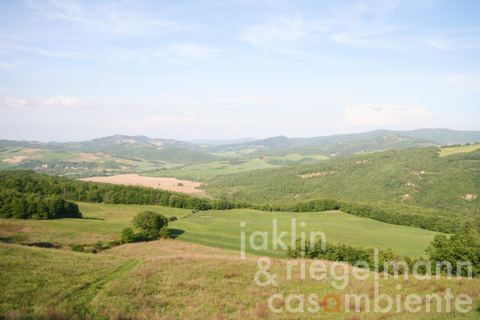The estate for sale with 86 ha of land and 3 Farms 55 km from the sea in Tuscany