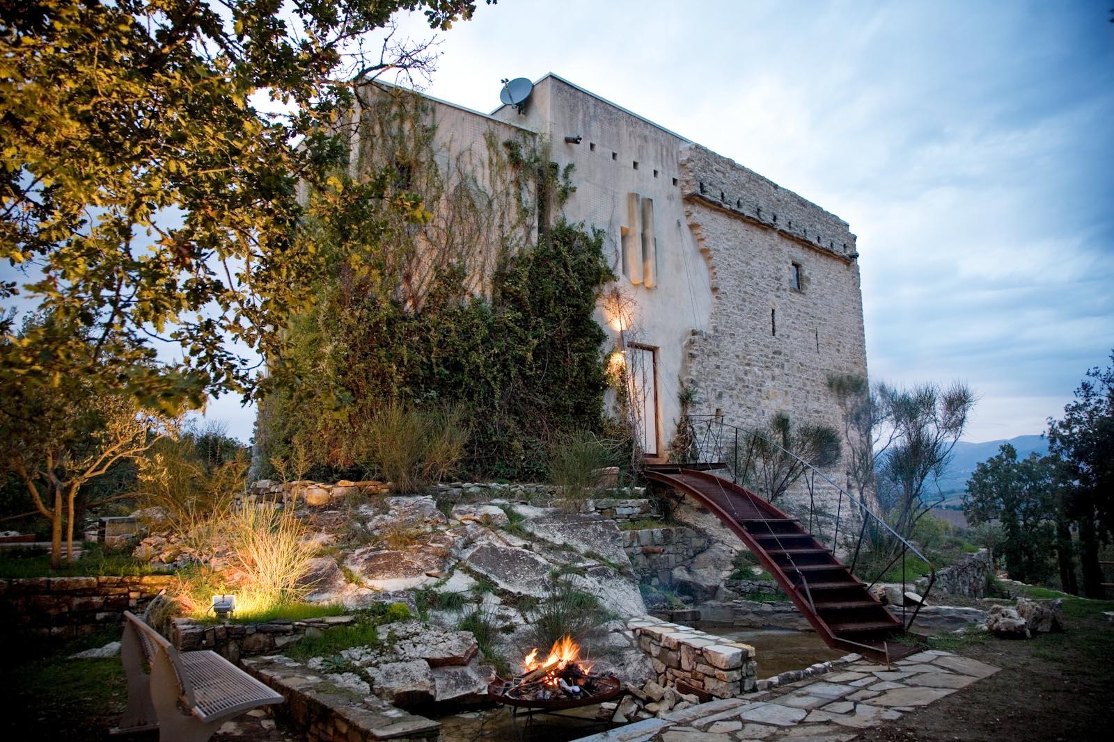 Der restaurierte ehemalige Wachturm zu verkaufen mit Dachterrasse und Schwimmbad in der Toskana