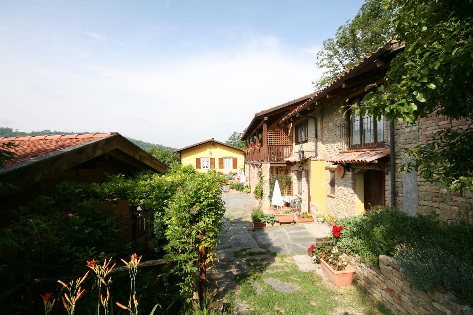 Agriturismo in vendita in italia piemonte cuneo for Stima sulla costruzione di una casa con 3 camere da letto
