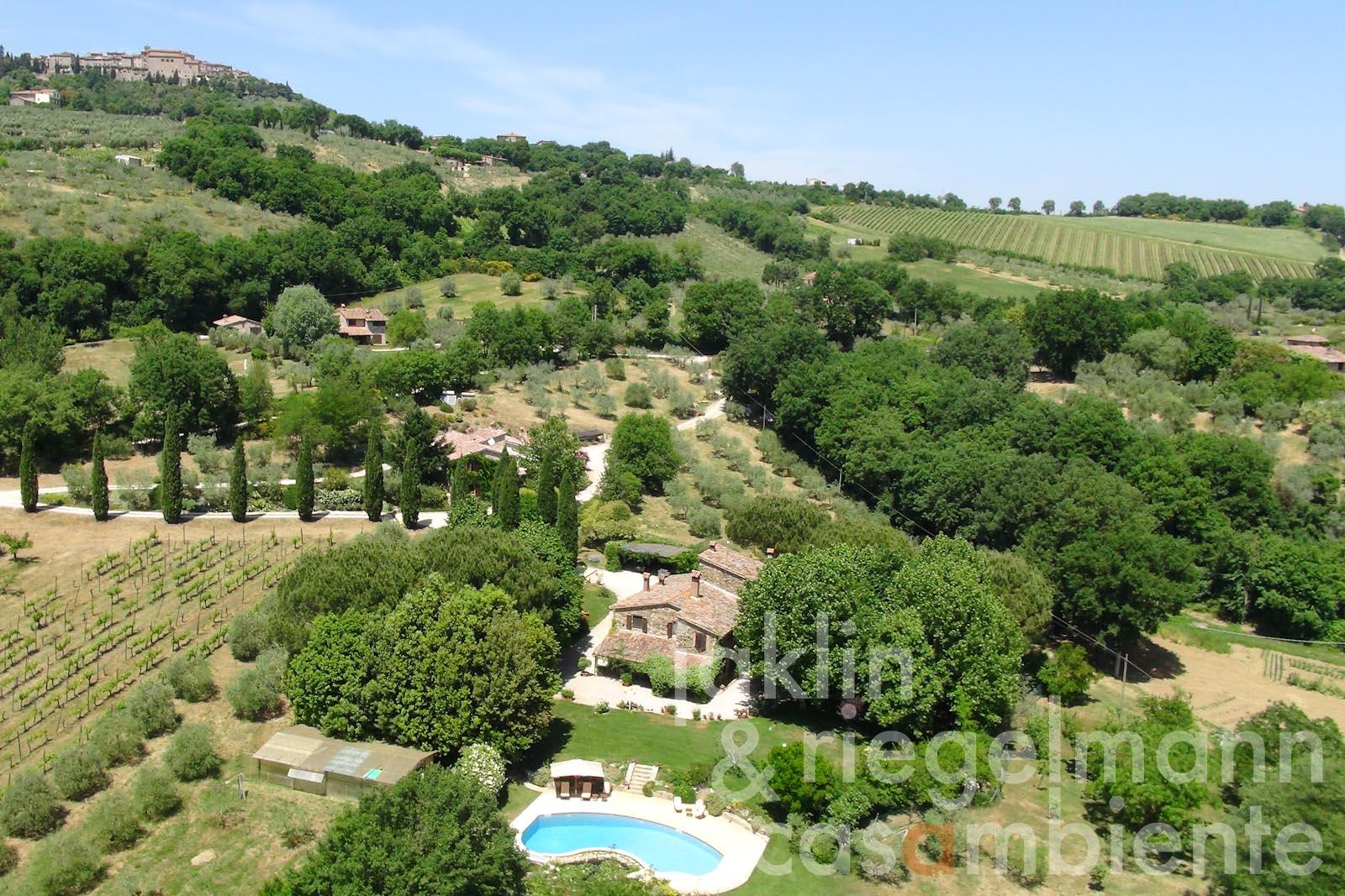 The prestigious country estate with swimming pool and private golf course near Todi in Umbria