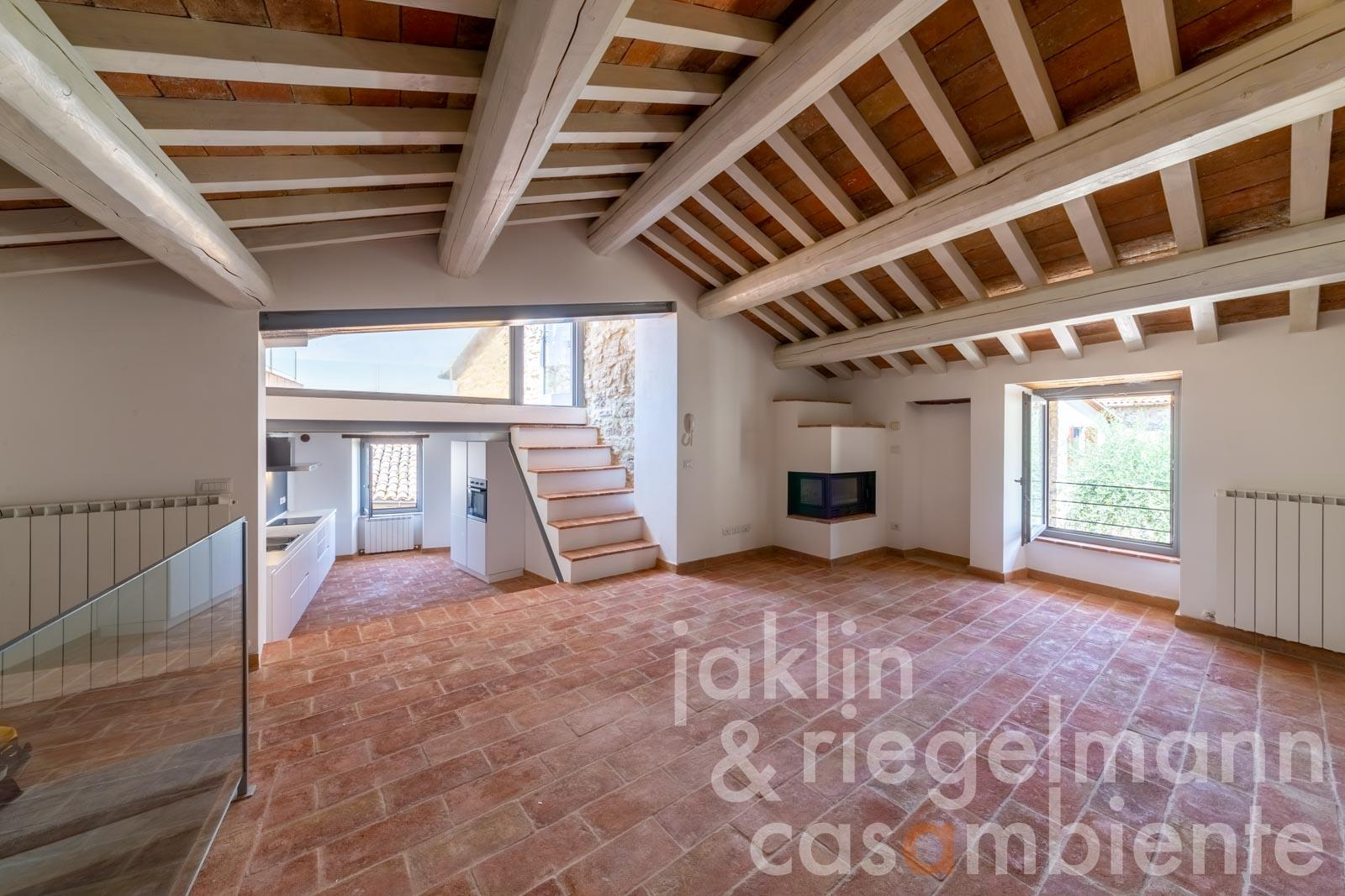 The italian townhouse for sale in San Terenziano on three levels with panoramic roof terrace