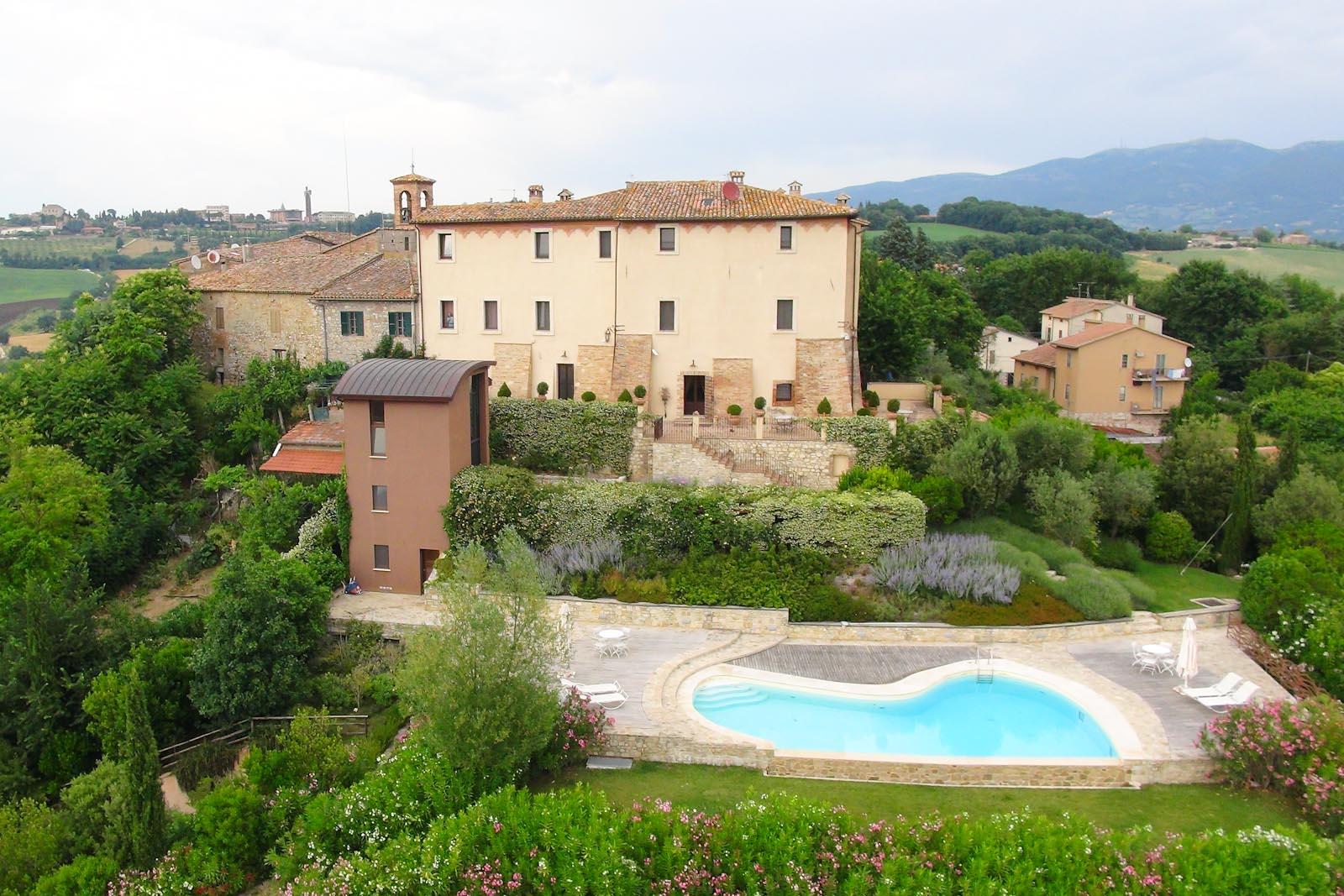 Il prestigioso castello storico in vendita finemente restaurato in posizione panoramica vicino a Todi in Umbria