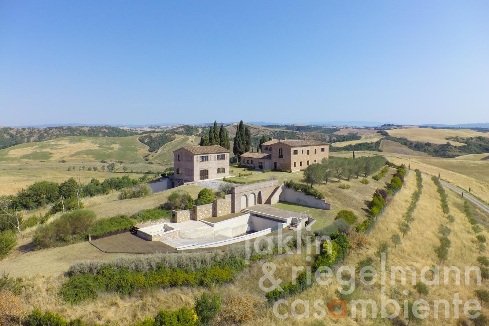 The luxurious country house for sale with full panoramic view and swimming pool near Siena in Tuscany