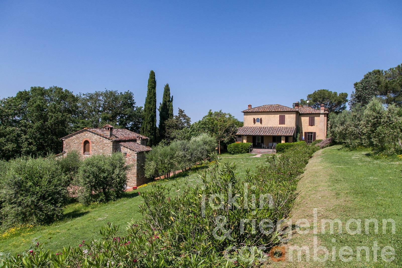 The charming Tuscan country estate with olive grove, park and pool in premium location