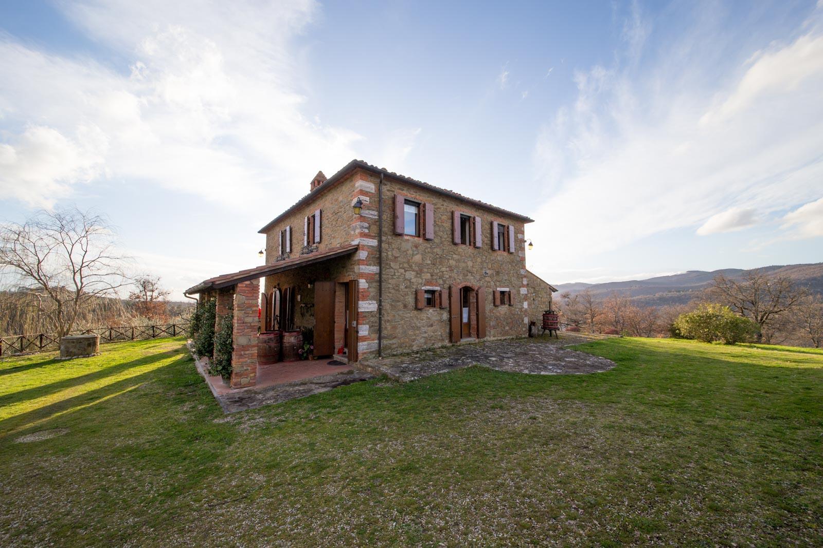 La casa in pietra con piscina e 9 ha di terreno in fantastica posizione panoramica vicino a Siena