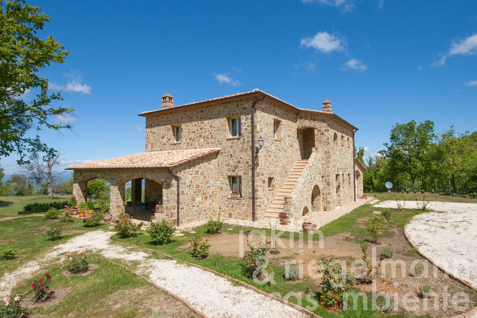 The newly-built energy class A stone house in a beautiful panoramic position in the wine region of Montecucco