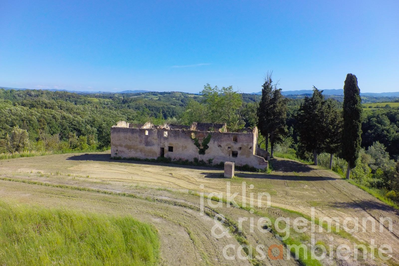 The project for two farmhouses for sale in panoramic position in the triangle Pisa-Siena-Florence in Tuscany
