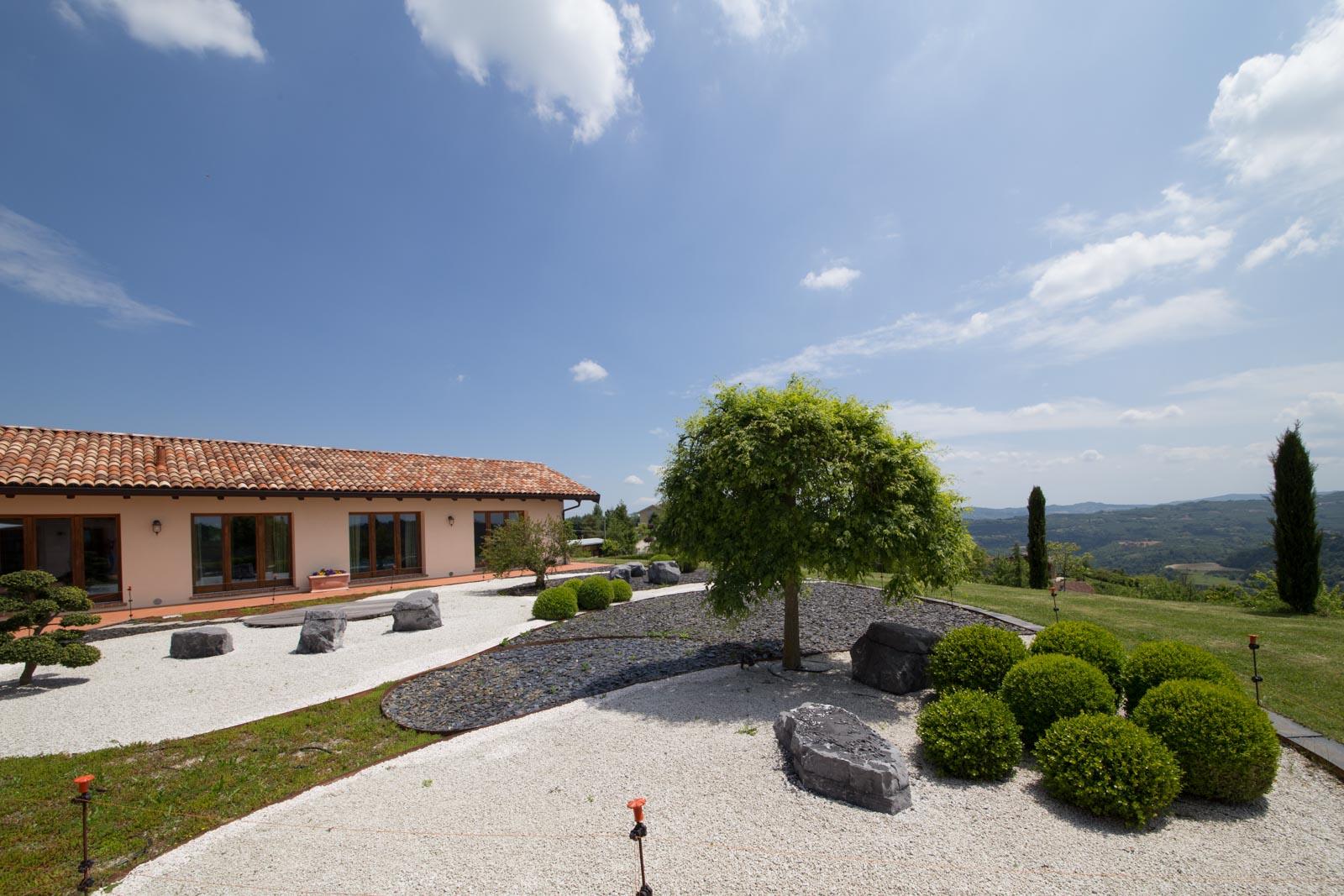 villa kaufen verkaufen in italien piemont cuneo moderne villa zu verkaufen mit pool und. Black Bedroom Furniture Sets. Home Design Ideas