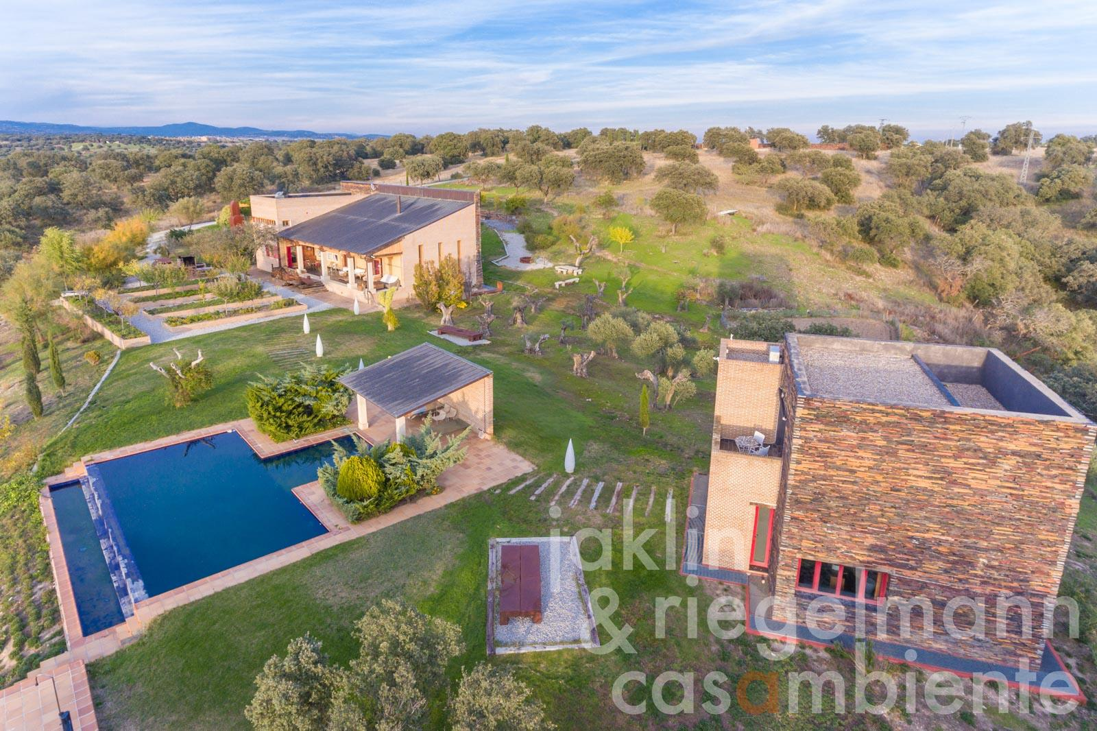Extraordinary Spanish country estate for sale with guest house, garage and swimming pool 80 km from Madrid