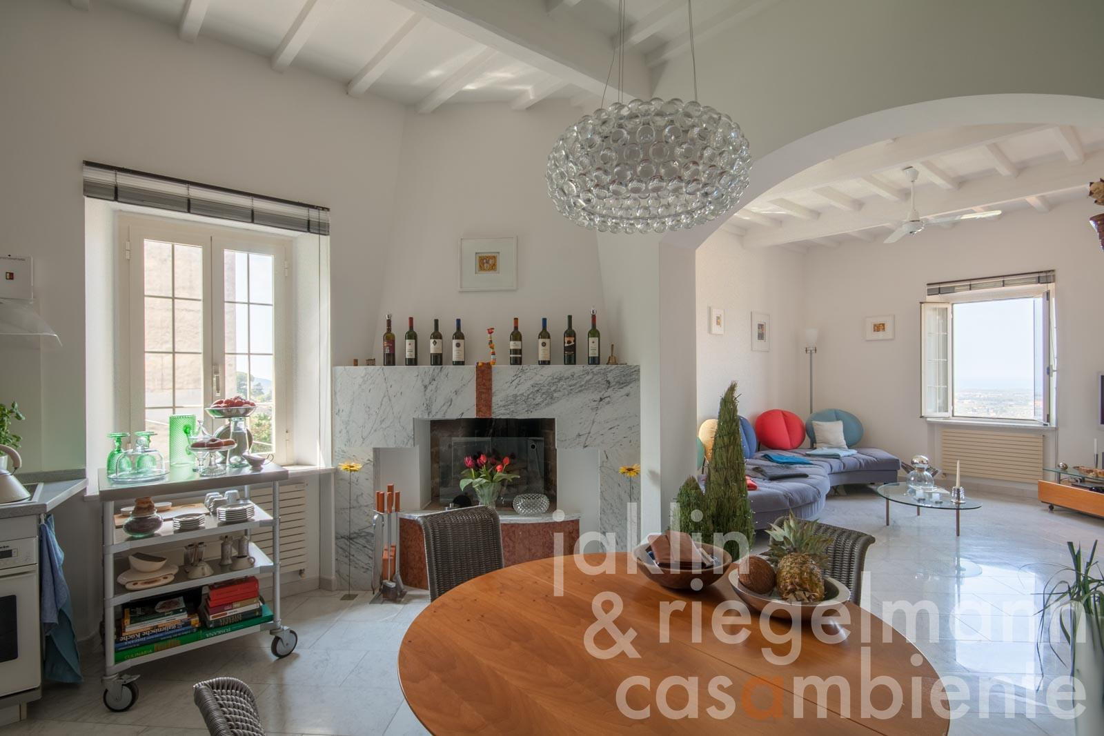 The light-flooded apartment in Castagneto Carducci for sale on the Tuscan coast with sea view, garden and private parking