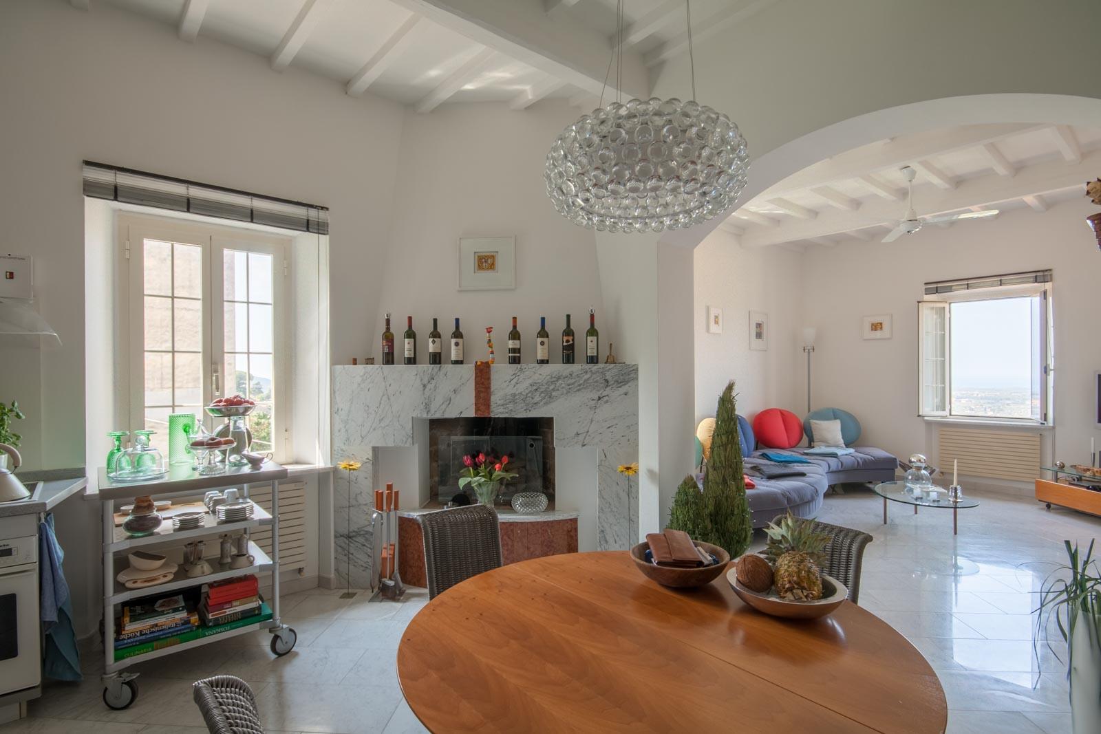 Das lichtdurchflutete Apartment zu verkaufen mit Meerblick, Garten und Parkplatz in Castagneto Carducci an der toskanischen Küste