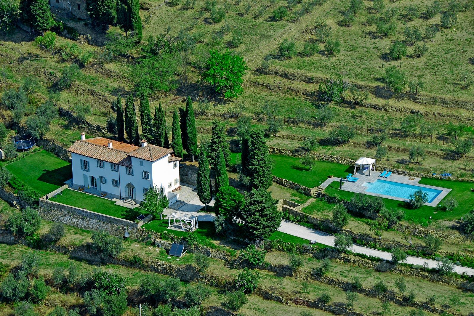 Die noble toskanische Villa zu verkaufen mit Pool und Olivenhain in Panoramalage nahe Florenz