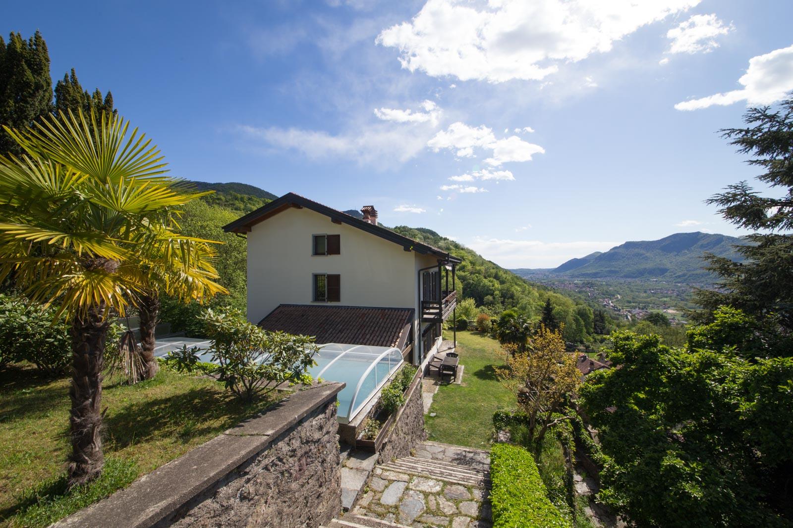 Die Villa zu verkaufen am Luganer See nahe Porto Ceresio mit Schwimmbad, Garten und Panoramablick