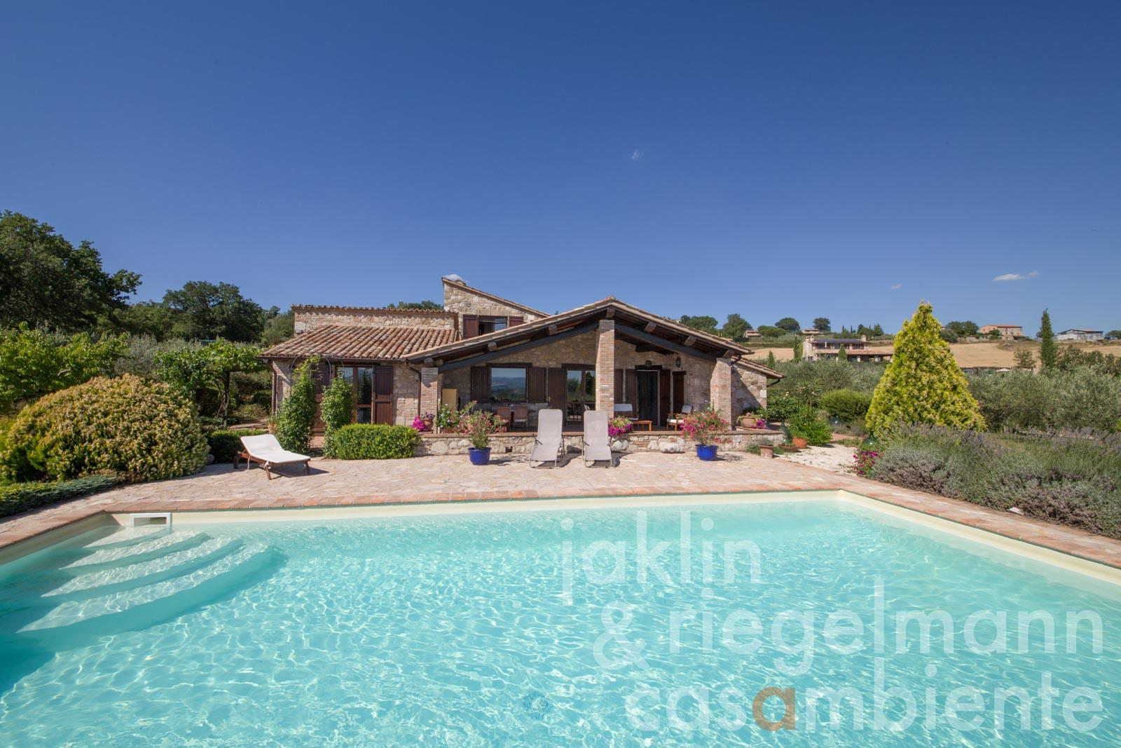 The charming Umbrian country house for sale with garden and pool in panoramic position with views onto Todi