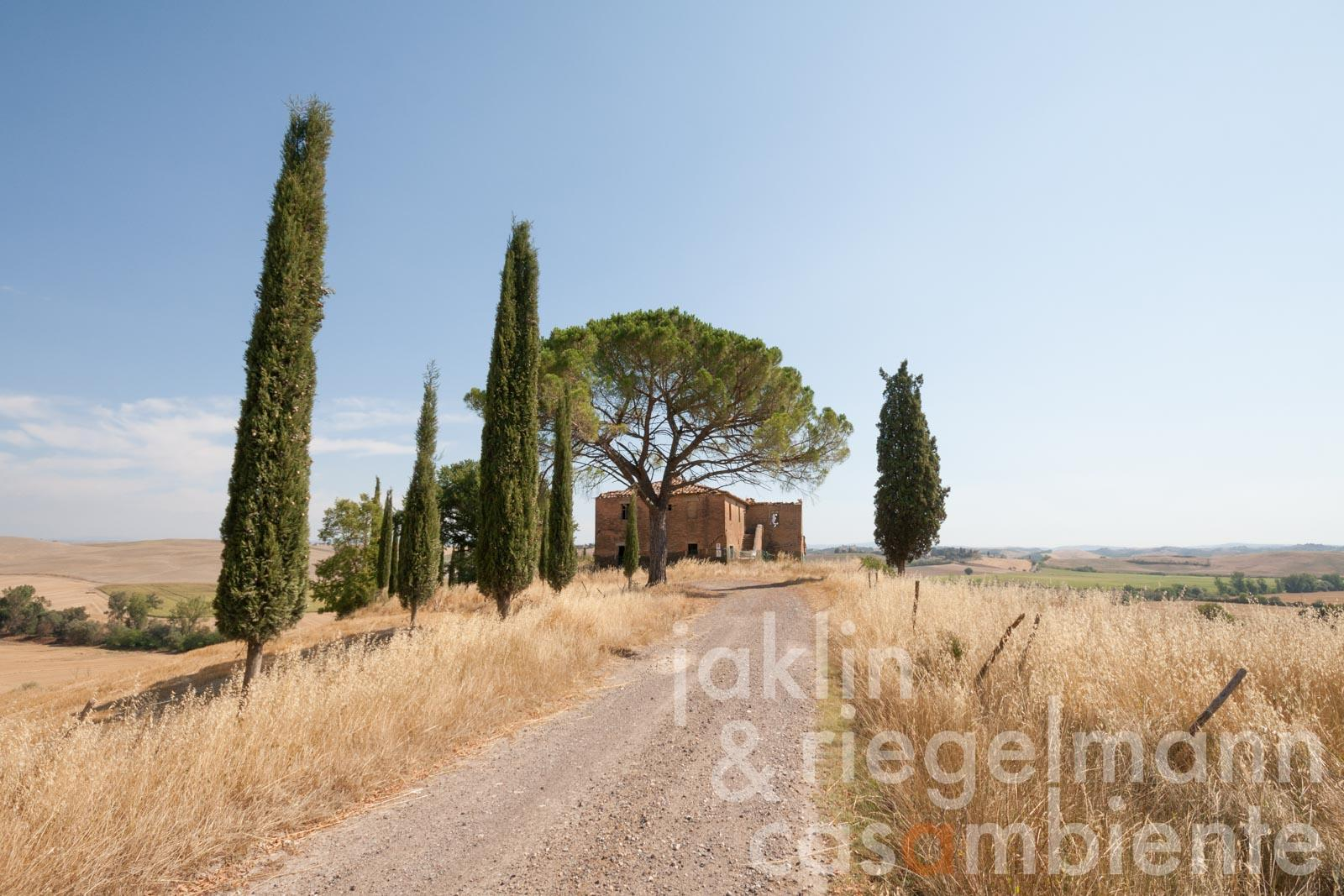 Restoration project of country house with garden and pool 18 km from Siena, turn-key ready