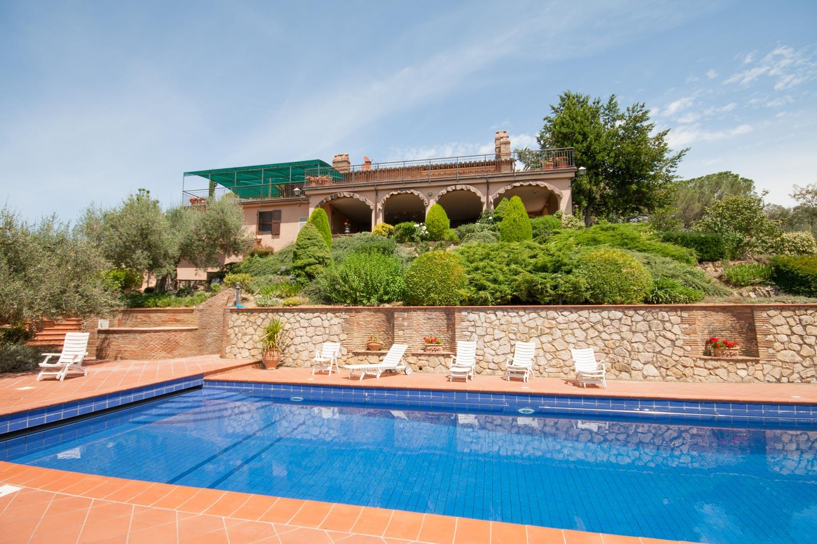 Ampio casale in pietra con loggia, piscina e vista sul Lago Trasimeno