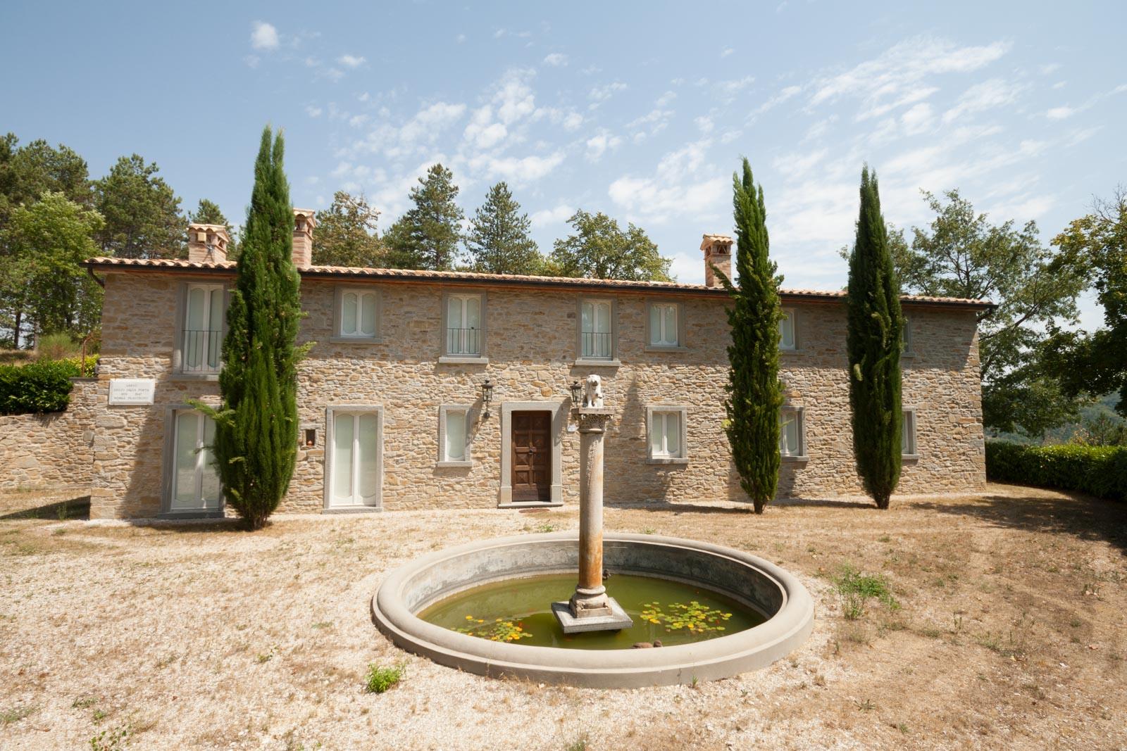 Renommierte Villa mit edlen Materialien und Pool in Hanglage in der Nähe des mittelalterlichen Dorfes Montone