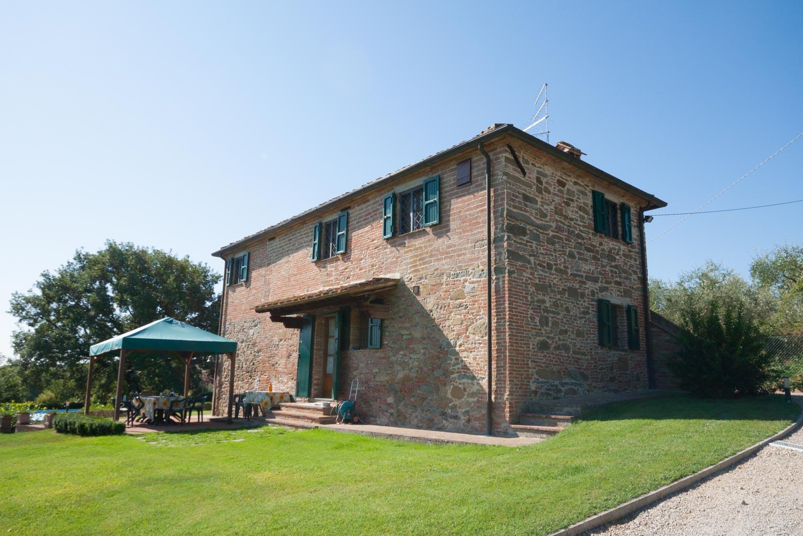 Toskanisches Natursteinhaus mit gepflegtem Garten in klassischem Toskana-Setting