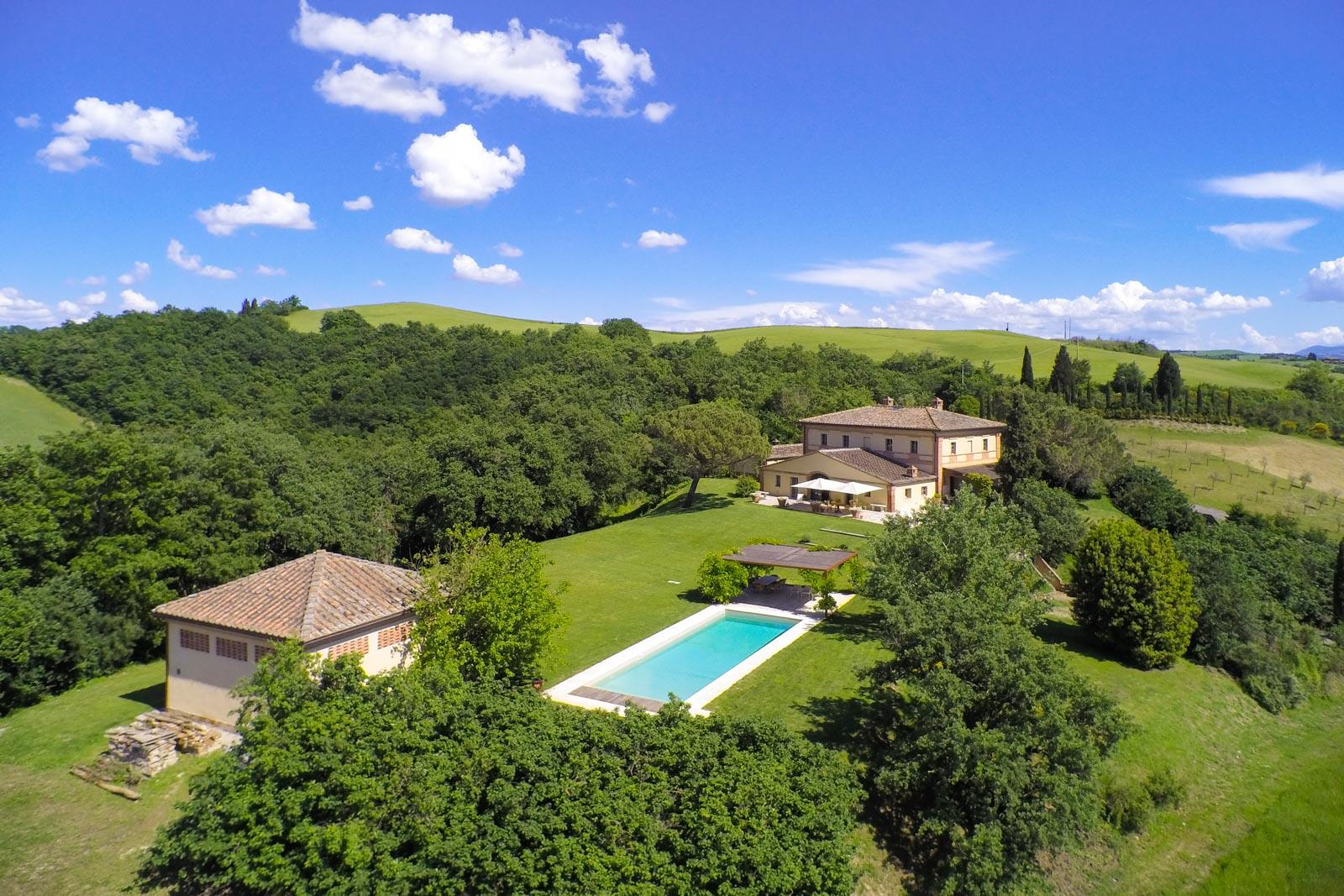 Casale di pregio architettonico con annessi e piscina con vista su una vallata incontaminata in Toscana