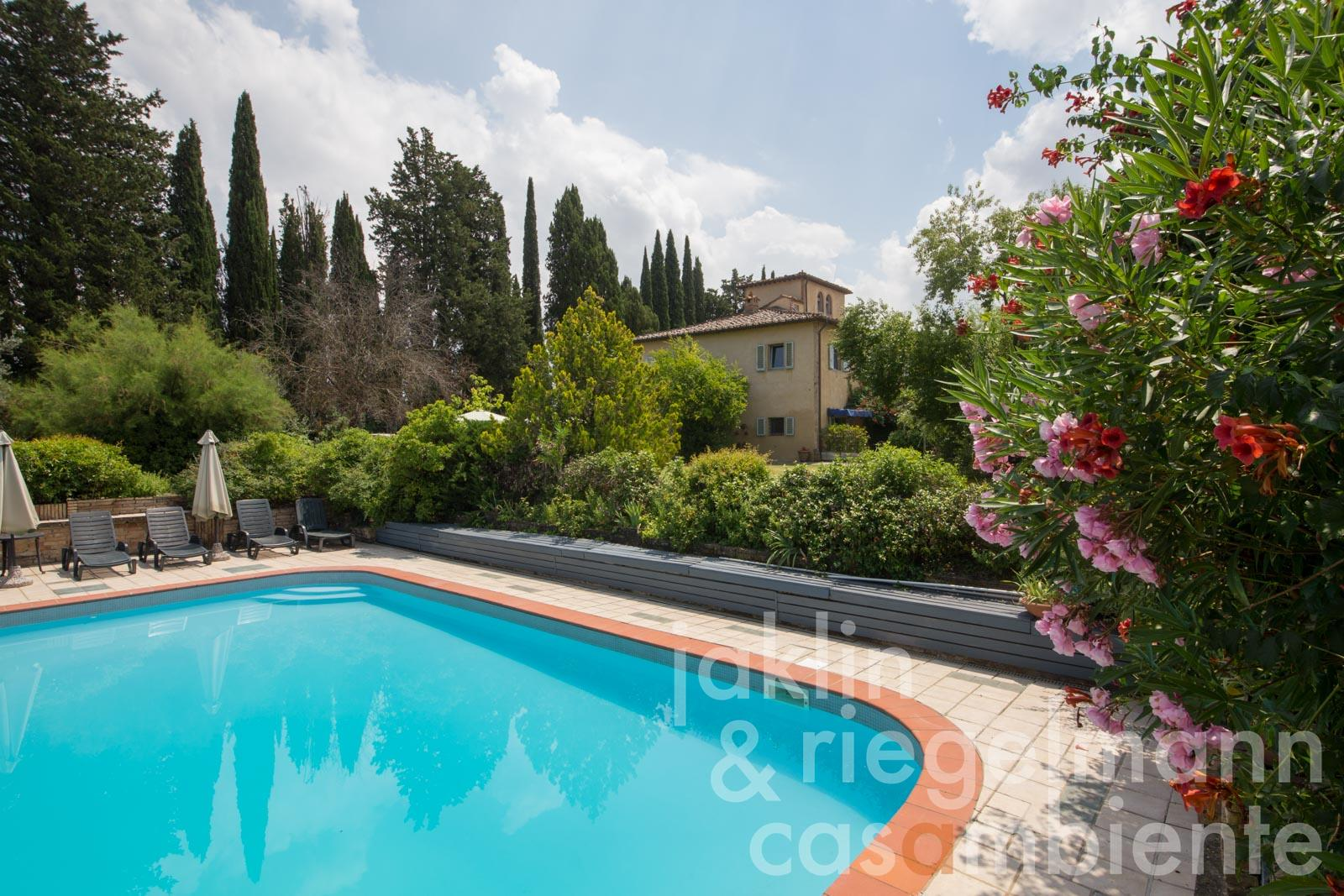 Beautiful country house with outbuilding and pool near San Gimignano in Tuscany