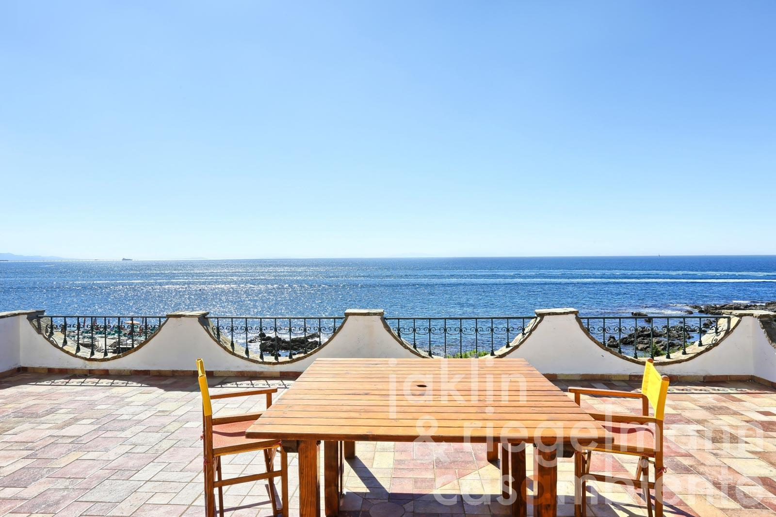 Exclusive villa with pool in Tuscany directly on the sea