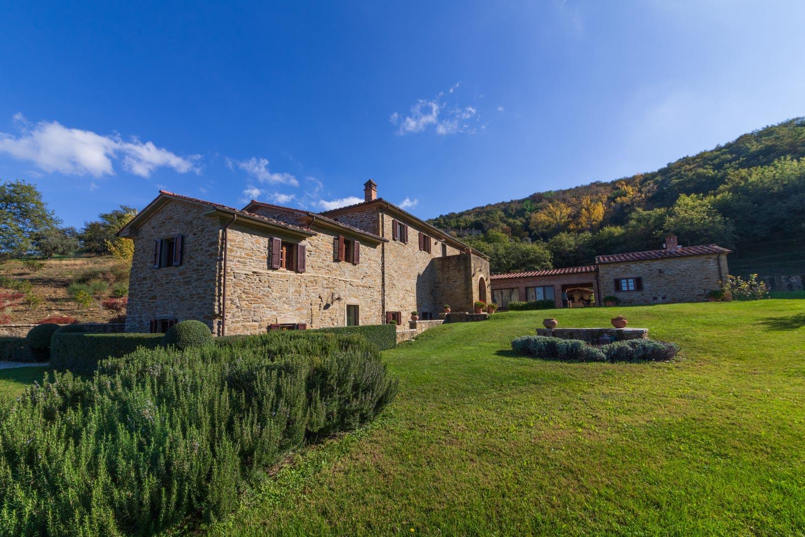Landsitz mit Panorama-Pool, 6 Schlafzimmer und Blick auf Cortona