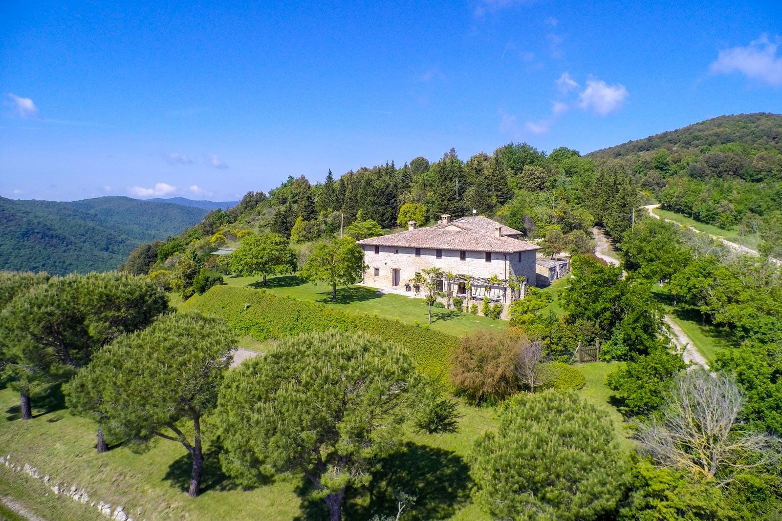 Grande casale restaurato in pietra con piscina e terreno in vendita in Umbria
